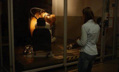 """Ρομπότ με το Όνομα 'Robutt' Μιμείται την Κίνηση της Ανθρώπινης Λεκάνης - μία Ασυνήθιστη Δοκιμή που Εξασφαλίζει την Αντοχή των Καθισμάτων • Τα ρομποτικά """"οπίσθια"""" μαθαίνουν πώς να μπαινοβγαίνουν στο αυτοκίνητο όπως ακριβώς ο οδηγός και οι επιβάτες • Ο """"Robutt"""" κάθεται 25.000 φορές και προσομοιώνει την καθημερινή χρήση μίας δεκαετίας μέσα σε τρεις μόλις εβδομάδες • Ο """"Robutt"""" έχει τις διαστάσεις ενός μέσου άνδρα και χρησιμοποιήθηκε για πρώτη φορά στο νέο Fiesta Το συγκεκριμένο ρομπότ κατασκευάστηκε για να κινείται όπως μία ανθρώπινη λεκάνη και να προσομοιώνει στην εντέλεια το πώς μπαινοβγαίνουν οι οδηγοί και οι επιβάτες στα καθίσματα. Οι μηχανικοί χρησιμοποιούν χάρτες πίεσης, ώστε να καθορίζουν το αποτύπωμα στο κάθισμα, ένα στοιχείο που τους επιτρέπει να δοκιμάζουν τη φθορά και αντοχή των υλικών χρησιμοποιώντας τη ρομποτική λεκάνη – το λεγόμενο """"Robutt"""" – ώστε να αναπαράγουν τις πραγματικές συνθήκες χρήσης. Δείτε το """"Robutt"""" τώρα: https://youtu.be/WlK1rbpuyAA «Από την πρώτη στιγμή που μπαίνουμε στο αυτοκίνητο, το κάθισμα δημιουργεί μία εντύπωση άνεσης και ποιότητας», δήλωσε η Svenja Froehlich, μηχανικός στο τομέα της αντοχής στην ευρωπαϊκή έδρα της Ford, στην Κολωνία της Γερμανίας. «Στο παρελθόν, χρησιμοποιούσαμε πνευματικούς κυλίνδρους που απλά κινούνταν πάνω – κάτω. Με το """"Robutt"""", μπορούμε τώρα να αναπαράγουμε με μεγάλη ακρίβεια τη συμπεριφορά των ανθρώπων"""". Βασισμένος σε έναν άντρα μεσαίου αναστήματος, ο """"Robutt"""" χρησιμοποιήθηκε σε δοκιμές προσομοίωσης δέκα χρόνων χρήσης μέσα σε διάστημα μόλις τριών εβδομάδων στα πλαίσια δοκιμών του νέου Fiesta – όπου κάθεται και σηκώνεται 25.000 φορές. Ο νέος τύπος δοκιμής εφαρμόζεται τώρα σε όλα τα οχήματα της Ford στην Ευρώπη."""
