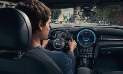 Το BMW Group επεκτείνει συστηματικά τις δυνατότητες ευφυούς συνδεσιμότητας με την ενσωμάτωση της εξαιρετικά ευέλικτης φωνητικής υπηρεσίας Alexa της Amazon σε όλα τα μοντέλα BMW και MINI από τα μέσα του 2018. Η καινοτόμα ενσωμάτωση μιας φωνητικής υπηρεσίας βασισμένης σε cloud, θα προσφέρει στους πελάτες του BMW Group δυνατότητα πρόσβασης σε διάφορες πληροφορίες, θέματα ψυχαγωγίας και εμπορικά κέντρα εν κινήσει, με απλές φωνητικές εντολές. Δεκάδες χιλιάδες λειτουργίες της Alexa προσβάσιμες από συσκευές Echo θα διατίθενται τώρα και για χρήση στο αυτοκίνητο. Η συμβατότητα BMW Connected και Alexa ξεκίνησε το Σεπτέμβριο του 2016. Οι χρήστες του BMW Connected σε ΗΠΑ, Γερμανία και Ηνωμένο Βασίλειο μπορούσαν να ζητήσουν από την Alexa να ελέγξει πληροφορίες του οχήματός τους όπως κατάσταση φόρτισης ή επίπεδο καυσίμου, ή μέσω Remote Services, άνετα από το σπίτι. Η Alexa μπορεί επίσης να παρέχει συμβουλές για ραντεβού ή προγραμματισμένες διαδρομές και ώρες αναχώρησης με τη βοήθεια της ατζέντας μετακινήσεων (mobility agenda) του BMW Connected. Τώρα, με τη Alexa μέσα στο αυτοκίνητο, οι χρήστες μπορούν να απολαμβάνουν λειτουργίες στο σπίτι και στο δρόμο. «Με την ενσωμάτωση της Alexa στα μοντέλα μας από τα μέσα του 2018, η BMW και η MINI θα αναβαθμίσουν περαιτέρω το ψηφιακό τους lifestyle», σχολίασε ο Dieter May, Ανώτερος Αντιπρόεδρος Ψηφιακών Υπηρεσιών και Επιχειρηματικών Μοντέλων του BMW Group. «Ο φωνητικός έλεγχος εμφανίστηκε για πρώτη φορά σε μοντέλα του BMW Group πριν από πολλά χρόνια, και τώρα διευρύνει τη λειτουργικότητά του, προσθέτοντας ένα ψηφιακό οικοσύστημα, που θα ανοίξει ποικίλες, νέες δυνατότητες με ταχεία, εύκολη και ασφαλή πρόσβαση από το αυτοκίνητο». Σήμερα, 8.5 εκατομμύρια μοντέλα του BMW Group σε όλο τον κόσμο είναι ήδη συνδεδεμένα. Ο τεράστιος αριθμός υπηρεσιών και λειτουργιών ενημέρωσης/ψυχαγωγίας που θα μπορούν να ελέγχονται με φωνητικές εντολές στα μοντέλα BMW έχει προετοιμάσει το δρόμο για τις προσεχείς επιλογές συνδεσιμότητας και νέες ψηφιακές υπηρεσίες. Δ