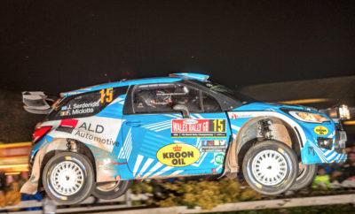 Ραντεβού με τα δάση της Βρετανίας για τον Ιορδάνη Σερδερίδη! Με δύο στροφές να απομένουν για να ολοκληρωθεί το Παγκόσμιο πρωτάθλημα ράλλυ, ο Ιορδάνης Σερδερίδης έχει πλέον βάσιμες ελπίδες για την κατάκτηση του τίτλου στο WRC Trophy. Ο Έλληνας οδηγός αγωνίζεται στο Ράλλυ Μεγάλης Βρετανίας, σε έναν αγώνα όπου πραγματοποίησε το ντεμπούτο του στο WRC πριν λίγα χρόνια. Στα χέρια του θα έχει τη γνωστή Citroen DS3 WRC, με την οποία συμμετείχε σε άλλους τέσσερις αγώνες του πρωταθλήματος φέτος. Ο Σερδερίδης, λίγες ημέρες πριν την έναρξη του Ράλλυ Μεγάλης Βρετανίας, είχε την ευκαιρία να δοκιμάσει το αυτοκίνητο σε συνθήκες παρόμοιες με αυτές που θα συναντήσει στον αγώνα. Πεδίο δράσης ήταν μια λασπωμένη διαδρομή που στόχο είχε την εξοικείωση με τέτοιου είδους επιφάνεια: «Δοκιμάσαμε το DS3 σε τερέν με πολλή λάσπη, ώστε να συνηθίσουμε κατά κάποιον τρόπο την οδήγηση σε αυτές τις γλιστερές διαδρομές. Είμαστε ευχαριστημένοι με το τεστ και η εμπειρία μας από παλαιότερες συμμετοχές στο νησί θα μας βοηθήσει στο να ανταπεξέλθουμε με επιτυχία στις δυσκολίες του αγώνα.», ήταν τα λόγια του Έλληνα εκπροσώπου μας στο WRC, ο οποίος πρόσθεσε: «Κατά τη διάρκεια των αναγνωρίσεων έβρεχε την πρώτη ημέρα, ενώ τη δεύτερη υπήρχε ηλιοφάνεια. Οι ειδικές έχουν αρκετή λάσπη και πρέπει να κινηθούμε προσεκτικά. Υπάρχουν πολλά πονηρά σημεία τα οποία έχουμε επισημάνει στις σημειώσεις μας και πρέπει να είμαστε συγκεντρωμένοι για να αποφύγουμε τα λάθη.» Με νίκη ο Έλληνας οδηγός κατακτάει το WRC Trophy, το νεοσύστατο θεσμό που θέσπισε η Παγκόσμια Ομοσπονδία και απευθύνεται σε ιδιώτες με παλαιότερης γενιάς WRC αυτοκίνητα: «Εάν καταφέρουμε και επικρατήσουμε στη Μεγάλη Βρετανία, θα κατακτήσουμε και μαθηματικά τον τίτλο. Σκοπός μας είναι να ανεβάζουμε ρυθμό ειδική με ειδική, χωρίς να κοιτάμε τι θα κάνει ο κύριος αντίπαλός μας. Από εκεί και πέρα, πρέπει να αποφύγουμε τα λάθη και να καταφέρουμε να τερματίσουμε, έστω και δεύτεροι. Σε αυτή την περίπτωση, θα έχουμε άλλη μια ευκαιρία στην Αυστραλία το Νοέμβριο», δήλωσε ο