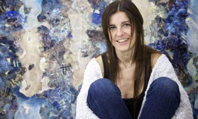 Η Ντένη Θεοχαράκη δημιουργεί «Σε κλίμακα σχεδίου» Ολοκληρώνοντας μια επιτυχημένη και δημιουργική χρονιά, η ζωγράφος Ντένη Θεοχαράκη συμμετέχει στη νέα Έκθεση «Σε Κλίμακα Σχεδίου», η οποία εγκαινιάζεται το Σάββατο 25 Νοεμβρίου 2017 στις 12.30 στην Εvripides Art Gallery. Μέσα από τα έργα της -ενστικτώδη και λεπτομερειακά- βασισμένα στο αέναο ταξίδι της γραμμής, η ζωγράφος κινείται με εκφραστική δύναμη από το παρελθόν στο παρόν, από τη λήθη στην πραγματικότητα αναζητώντας την προσωπική της αλήθεια. Με μια πρώτη ματιά μέρη μακρινά αλλά ταυτόχρονα οικεία εντυπωσιάζουν με το λυρισμό τους, ξεδιπλώνοντας όμως παράλληλα, στον πιο προσεκτικό παρατηρητή, την αλήθεια ενός διαφορετικού, υπερρεαλιστικού κόσμου. Η έκθεση «Σε Κλίμακα Σχεδίου» περιλαμβάνει μια σειρά σημαντικών σχεδίων Ελλήνων καλλιτεχνών, παλαιότερων και σύγχρονων, από τον χώρο της ζωγραφικής και της γλυπτικής, τα οποία δίνουν την ευκαιρία στον θεατή να γνωρίσει και να προσεγγίσει το έργο του κάθε εικαστικού, από τα πρώιμα στάδια, έως την βαθύτερη ερμηνευτική διάσταση του έργου. Το κοινό, μεταξύ άλλων έχει τη δυνατότητα να θαυμάσει σχέδια των Μίμη Κοντού, Kωνσταντίνου Παρθένη, Παναγιώτη Τέτση, Γιάννη Τσαρούχη και Νίκου Χατζηκυριάκου Γκίκα, τα οποία αποτελούν χαρακτηριστικά δείγματα της δουλειάς των μεγάλων αυτών Ελλήνων δημιουργών. ΔΙΑΡΚΕΙΑ ΕΚΘΕΣΗΣ 25 ΝΟΕΜΒΡΙΟΥ ΕΩΣ 9 ΔΕΚΕΜΒΡΙΟΥ 2017 Για περισσότερες πληροφορίες: Evripides Art Gallery Ηρακλείτου 10 & Σκουφά Κολωνάκι, Αθήνα, 106 73 τηλ: 210 36 15 249, 210 36 15 909, www.evripides-art.gr, info@evripides-art.gr Ημέρες & Ώρες Λειτουργίας: Τρίτη - Πέμπτη- Παρασκευή: 11.00 - 20.30 Τετάρτη: 11.00 -17.00 & Σάββατο: 11.00 -16.00, Κυριακή και Δευτέρα: κλειστά Ο χώρος πληροί τις προϋποθέσεις για την πρόσβαση ΑμεΑ.