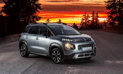 """Η Citroen θα δώσει δυναμικό παρόν στην έκθεση αυτοκινήτου """"ΑΥΤΟΚΙΝΗΣΗ 2017"""", που θα πραγματοποιηθεί στο """"Εκθεσιακό Κέντρο Ξιφασκίας"""" του πρώην Δυτικού Αεροδρομίου, από το Σάββατο 11 Νοεμβρίου έως και την Κυριακή 19 Νοεμβρίου! Το ελκυστικό περίπτερο της Citroën, με ιδιαίτερο φωτισμό, προσομοιάζει την αίσθηση ενός φιλόξενου χώρου στον οποίο μπορεί να ζήσει κανείς, με φυσικά υλικά, που κάνουν πράξη την υπόσχεση των μοντέλων της Citroën για ευεξία και δυνατότητα απόδρασης από την καθημερινότητα. Στο περίπτερο της Citroën Πρώτη Πανελλήνια Πρεμιέρα θα κάνει το νέο C3 Aircross Next GΕΝ. SUV! Σε έναν ειδικά διαμορφωμένο χώρο, θα δεσπόζουν τρία C3 Aircross που αναμένεται να κλέψουν τις εντυπώσεις! Πανελλήνια Πρεμιέρα θα κάνει το νέο C3 Aircross που σηματοδοτεί τη δυναμική αντεπίθεση της Citroen στην κατηγορία των SUV! Το νέο SUV από τη Citroen, ξεχωρίζει με τη μοναδική του φρεσκάδα στη σχεδίαση και το ιδιαίτερο αμάξωμα, που αποπνέει δυναμισμό. Το C3 Aircross καλεί τον οδηγό του να απολαύσει την οδήγηση προσφέροντας προηγμένη άνεση και αίσθηση αυτοκινήτου SUV, που τονίζεται και από τις αυξημένες δυνατότητες κίνησης σε δύσκολες συνθήκες, χάρη στο Grip Control με Hill Assist Descent. Οι επισκέπτες της Έκθεσης θα έχουν την ευκαιρία να δουν μια σειρά από συνδυασμούς αποχρώσεων στο αμάξωμα αλλά και μια ποικιλία σχεδίων στην καμπίνα, προβάλλοντας έτσι την πλήρη δυναμική του σε ότι έχει να κάνει με την εξατομίκευση. Το νέο μοντέλο της Citroën, θέτει νέα standards στον """"κόσμο"""" των SUV, στους τομείς της άνεσης, της πρακτικότητας και της άνετης διαβίωσης στην καμπίνα. Το κοινό θα έχει την ευκαιρία να δει το """"Αυτοκίνητο της Χρονιάς"""", το νέο C3, σε τρεις διαφορετικούς χρωματικούς συνδυασμούς, τονίζοντας τις πολλές δυνατότητες εξατομίκευσης του μοντέλου. Η άψογη οδική του συμπεριφορά, τα στιλάτα και πρακτικά Airbumps®, το άνετο εσωτερικό του και η ConnectedCam Citroën™, είναι μερικά από τα χαρακτηριστικά που το κάνουν μοναδικό. Το νέο Citroen C3 φέρει υπερ-πλούσιο εξοπλισμό. Προσφέρει μία"""