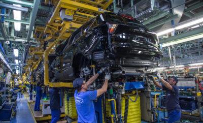 Η Ford Επενδύει 750 Εκατομμύρια Ευρώ στην Ισπανία • Η Ford επενδύει πάνω από 750 εκατομμύρια Ευρώ στην παραγωγή της επόμενης γενιάς του Kuga στη Βαλένθια της Ισπανίας • Η τρέχουσα παραγωγή του Kuga πλησιάζει το 50% της παραγωγής της Βαλένθια, οι πωλήσεις του Kuga στην Ευρώπη έχουν αυξηθεί κατά 22% από τις αρχές του 2017, φτάνοντας τις 126.900 μονάδες • Η μεγάλη επένδυση επιβεβαιώνει εκ νέου τη δέσμευση της Ford στην Ισπανία, ως μιας από τις σημαντικότερες περιοχές παραγωγής της στην Ευρώπη • Η Ισπανική εθνική κυβέρνηση και η περιφερειακή κυβέρνηση της Generalitat Valenciana υποστηρίζουν τη νέα επένδυση της Ford • Περίπου 3 δισεκ. Ευρώ έχουν επενδυθεί στη Βαλένθια από το 2011 Η Ford επενδύει πάνω από 750 εκατομμύρια Ευρώ στο εργοστάσιο παραγωγής στη Βαλένθια της Ισπανίας. Η νέα επένδυση ανεβάζει το συνολικό ποσό που έχει επενδυθεί στις δραστηριότητες της Ford στη Βαλένθια σε περίπου 3 δισεκ. Ευρώ από το 2011. Η Βαλένθια θα είναι το εργοστάσιο παραγωγής της επόμενης γενιάς Kuga. «Αυτή η σημαντική επένδυση των 750 και πλέον εκατομμυρίων Ευρώ επιβεβαιώνει εκ νέου και ξεκάθαρα τη συνεχιζόμενη δέσμευσή μας στην περιοχή της Βαλένθια και στην Ισπανία, ως μιας από τις σημαντικότερες περιοχές παραγωγής μας στην Ευρώπη» δήλωσε ο Steven Armstrong, president & CEO, Ford Ευρώπης, Μέσης Ανατολής & Αφρικής. «Θα ήθελα επίσης να ευχαριστήσω την εθνική κυβέρνηση στη Μαδρίτη και την Generalitat Valenciana για τη συνεχή τους υποστήριξη και την προσπάθειά τους να διατηρήσουν ένα ευνοϊκό κλίμα για επιχειρηματικές επενδύσεις στην περιοχή της Βαλένθια.» Απασχολώντας πάνω από 8.000 άτομα σε όλες τις δραστηριότητές της, η νέα επένδυση θα βοηθήσει στην εξασφάλιση θέσεων εργασίας στο εργοστάσιο της Ford στη Βαλένθια. Η επένδυση στοχεύει στη βελτίωση του κόστους και της παραγωγικότητας μέσω συνεργασίας της ομάδας διοίκησης, των συνδικάτων και του ανθρωπίνου δυναμικού. Σήμερα, περίπου το 25% όλων των επιβατικών οχημάτων που πωλούνται στην Ευρώπη είναι SUV. Το Ford Kuga πλησιάζει το 50% του όγκου 