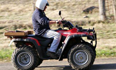 Κλάδος Δικύκλων Σύνδεσμος Εισαγωγέων Αντιπροσώπων Αυτοκινήτων & Δικύκλων www.seaa.gr – ntivi@otenet.gr – 210-6891400 Η αλήθεια για τις τετράτροχες μοτοσικλέτες 1. Πού επιτρέπεται να κυκλοφορούν σήμερα οι τετράτροχες μοτοσικλέτες; Οι τετράτροχες μοτοσυκλέτες κυκλοφορούν σήμερα νόμιμα στο σύνολο του οδικού δικτύου της χώρας. Δηλαδή εντός και εκτός πόλεων, στο επαρχιακό και στο εθνικό οδικό δίκτυο. Κάθε μοντέλο τετράτροχης μοτοσικλέτας λαμβάνει έγκριση να κυκλοφορεί στο οδικό δίκτυο σύμφωνα με τις προδιαγραφές της ευρωπαϊκής νομοθεσίας, η οποία καθορίζει αν επιτρέπεται το συγκεκριμένο μοντέλο:  να κυκλοφορεί στο οδικό δίκτυο, ή  εφόσον έχει τις προδιαγραφές, επί παντός εδάφους (δηλ. και στο οδικό δίκτυο και εκτός αυτού) 2. Ποιος επιτρέπεται να οδηγεί τετράτροχες μοτοσικλέτες; Τετράτροχες μοτοσικλέτες επιτρέπεται να οδηγούν όσοι διαθέτουν άδεια οδήγησης αυτοκινήτου (Β) και αυτό αποτελεί ευρωπαϊκή οδηγία. 3. Ποιοι και που οδηγούν τετράτροχες μοτοσικλέτες; Οι τετράτροχες μοτοσικλέτες είναι πολυχρηστικά οχήματα τα οποία έρχονται να καλύψουν πραγματικές ανάγκες μετακίνησης. Χρησιμοποιούνται από επαγγελματίες που χρειάζονται χώρο για εργαλεία χωρίς όμως τον όγκο ενός μεγαλύτερου οχήματος (πχ. μηχανικοί, ηλεκτρολόγοι, υδραυλικοί, αγρότες, κλπ.), από τα σώματα ασφαλείας (στρατός, πυροσβεστική, αστυνομία), από άτομα με κινητικά προβλήματα αλλά και από πολλούς ιδιώτες που έχουν επιλέξει τον συγκεκριμένο τρόπο μετακίνησης ή αναψυχής. Ο μεγαλύτερος αριθμός τετράτροχων μοτοσικλετών βέβαια διατίθεται προς ενοικίαση σε συγκεκριμένες τουριστικές περιοχές της Ελλάδας όπου υπάρχει έντονη ζήτηση για αυτού του είδους την μετακίνηση. 4. Είναι επικίνδυνα οχήματα οι τετράτροχες μοτοσικλέτες; Κανένα όχημα το οποίο έχει πανευρωπαϊκή έγκριση τύπου δεν μπορεί να χαρακτηριστεί εκ προοιμίου επικίνδυνο. Όπως και με όλα τα άλλα οχήματα έτσι και με τις τετράτροχες μοτοσικλέτες υπάρχει μια διαχρονική βελτίωση τόσο από άποψη τεχνολογίας όσο και από άποψη ενεργητικής και παθητικής ασφάλειας. Μάλιστα, η 