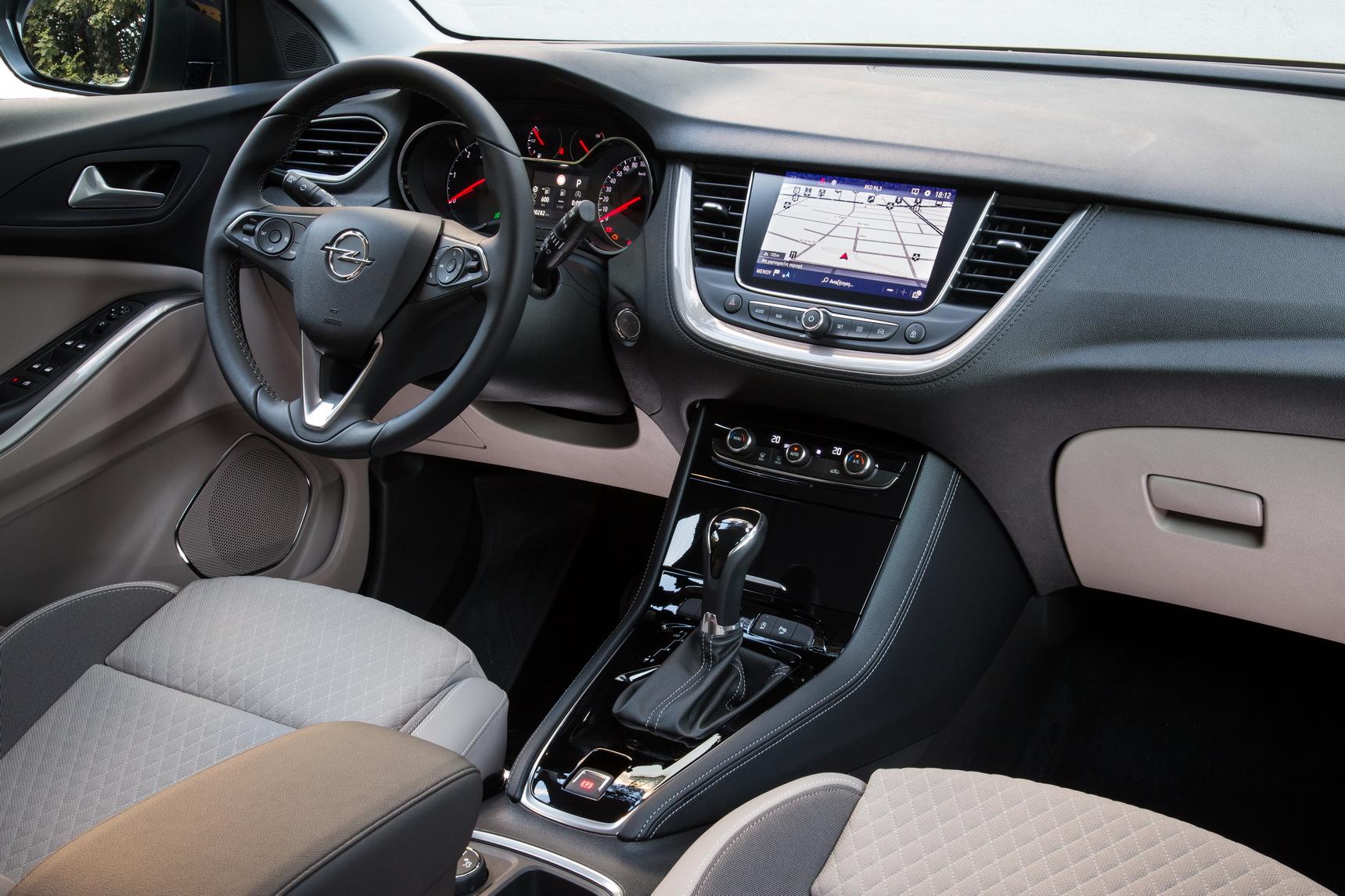 Μέσα σε ένα χρόνο, η Opel κατάφερε να λανσάρει δύο νέα μοντέλα στην κατηγορία των SUV χτίζοντας μία γκάμα γύρω από το προσφάτως ανανεωμένο Mokka X. Η σειρά X περιλαμβάνει πλέον το μεσαίο Grandland X μαζί με το μικρότερο Crossland X, που προηγήθηκε, και φέρει περισσότερο χαρακτηριστικά μοντέλου Crossover παρά SUV. Δύο μοντέλα που εγκαινιάζουν την ενσωμάτωση του brand της Opel στην ομπρέλα του ομίλου PSA (Peugeot-Citroen-DS).