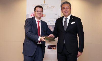 O Πρόεδρος της SEAT Luca de Meo ανακηρύχθηκε Executive of the Year από το AutoRevista / Ο Πρόεδρος της SEAT διακρίθηκε για «τις ηγετικές του ικανότητες στα τελευταία επιτεύγματα της εταιρείας» / Τα βραβεία AutoRevista απονέμονται από το 1991 σε προσωπικότητες με διακεκριμένη καριέρα στον τομέα της αυτοκινητοβιομηχανίας Ο Πρόεδρος της SEAT Luca de Meo ήταν ο αποδέκτης του βραβείου Executive of the Year στον τομέα της αυτοκινητοβιομηχανίας από το AutoRevista, την κορυφαία εμπορική έκδοση με πληροφορίες για την αυτοκινητοβιομηχανία στην Ισπανία. Το βραβείο απονεμήθηκε κατά την 27η τελετή απονομής βραβείων AutoRevista Directors of the Year, που διοργάνωσε το έντυπο στη Μαδρίτη. Το βραβείο αυτό είναι μία νέα αναγνώριση για τον Luca de Meo στο τιμόνι της SEAT μετά από τα βραβεία που του απονεμήθηκαν αντίστοιχα από το Automotive News Europe και το Bocconi University σαν CEO and Alumnus of the Year. Όπως επισημαίνεται από το AutoRevista, η απονομή του βραβείου στον Luca de Meo αποτελεί «μια υπέροχη στιγμή που στηρίζεται στην επίτευξη των καλύτερων αποτελεσμάτων στην ιστορία της SEAT. Με τον Luca de Meo στο τιμόνι, το Martorell λάνσαρε τη νέα γενιά Ibiza, συνέχισε με το Arona και η πρόοδος συνεχίζεται με την παραγωγή του νέου Audi A1 από το 2018». Το AutoRevista επίσης υπογράμμισε ότι «πέρα από την Ιβηρική Χερσόνησο, η SEAT ηγείται του Volkswagen Group project στην Αλγερία και στη συνέχεια θα δούμε την παραγωγή του μεγαλύτερου οχήματος της γκάμας, το επόμενο έτος στο Wolfsburg. Ο Luca de Meo ξέρει πώς να εξαγάγει τη μέγιστη αξία από τη SEAT τόσο από άποψη προϊοντική όσο και βιομηχανική». Ολοκληρώνοντας δήλωσε ότι «η ενίσχυση της μάρκας, η πλήρης ευθυγράμμιση της με τις πιο εξελιγμένες τάσεις της αγοράς και η επανατοποθέτηση της στα πλαίσια του Ομίλου Volkswagen επιβεβαιώνουν αυτή την αναγνώριση». Στην ομιλία του, ο Luca de Meo επεσήμανε ότι «είναι ιδιαίτερη τιμή η απονομή αυτού του βραβείου από το κορυφαίο έντυπο AutoRevista στην Ισπανία» και πρόσθεσε ότι η αναγνώριση αυτή «