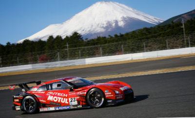 """20ο Φεστιβάλ NISMO : Τα Nissan GT-R's ήταν… παντού ! Συγκεντρώνοντας περισσότερους από 28.000 φανατικούς φίλους αλλά και πολλούς χιλιάδες τηλεθεατές μέσα από το κανάλι NISMO.tv στο YouTube, το φετινό 20ο Φεστιβάλ NISMO, έλαβε χώρα την περασμένη Κυριακή στην θρυλική πίστα Fuji Speedway της Ιαπωνίας. Εκτός από τον παραδοσιακό αγώνα NISMO Grand Prix με συμμετοχές από τα Super GT, Super Taikyu και τα Ευρωπαϊκά πρωταθλήματα του Blancpain GT, η εκδήλωση περιελάμβανε και έναν αγώνα με 16 ιστορικά μοντέλα GT-R, προεξάρχοντος του Skyline HT 2000 GT-R, από τα τέλη της δεκαετίας του '60. Στιγμιότυπα από το συναρπαστικό 20ο Φεστιβάλ NISMO μπορείτε να απολαύσετε στο https://youtu.be/WNieNeZdLCk Στις λοιπές συμμετοχές σημειώνεται αυτή του Nissan Skyline GT-R R32 προδιαγραφών Group A, συμπεριλαμβανομένης της έκδοσης Calsonic που οδηγήθηκε από τον θρύλο της NISMO Kazuyoshi Hoshino. Το R32 έχει πετύχει το ακατόρθωτο : κέρδισε 29 διαδοχικούς αγώνες στην Ιαπωνία και ψηφίστηκε πρόσφατα από τους συμμετέχοντες στην δημοσκόπηση του #NISMOtop20 στο Twitter, ως το κορυφαίο αγωνιστικό αυτοκίνητο Nissan / NISMO όλων των εποχών. Στην πίστα βρέθηκαν ακόμα οι αγωνιζόμενοι με τα GT-R των αγώνων Le Mans του 1995 και του 1996, μαζί με τους νικητές των αγώνων JGTC / Super GT από το 1998, το 1999, το 2003, το 2008, το 2013 και το 2017. Το GT-R που κέρδισε το παγκόσμιο πρωτάθλημα FIA GT1 του 2011 με οδηγό τον Michael Krumm ήταν εκεί, ενώ ο Katsumasa Chiyo οδήγησε το Nissan GT3 που είχε κερδίσει στο 12ωρο Bathurst. Στους θρύλους των αγώνων που επέστρεψαν στην πίστα για χάρη του Φεστιβάλ NISMO συμπεριλαμβάνονται οι Takahashi Kunimitsu,Tsuchiya Keiichi, Hagiwara Osamu, καθώς και ο πρωταθλητής του 1998-99 Erik Comas. Στις λοιπές εκδηλώσεις που έλαβαν χώρα συγκαταλέγονται ένας αγώνας με ιστορικά μοντέλα, καθώς και μια έκθεση Z-Challenge. Αξίζει να σημειωθεί ότι πάνω από 150 αυτοκίνητα NISMO πέρασαν από την πίστα του Fuji Speedway. Η """"αυλαία"""" στο 20ο Φεστιβάλ NISMO έπεσε με την παρουσίαση του αγωνιζόμενου μ"""