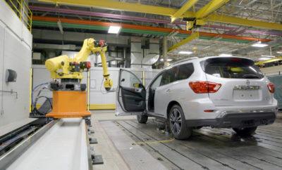 """Γιατί η Nissan χτυπάει τις… πόρτες ; Στο Τεχνικό Κέντρο της Nissan Β. Αμερικής, η Rosie – ένα ολοκαίνουργιο ρομπότ ελέγχου αντοχής στις πόρτες – μπορεί να ανοιγοκλείσει μια πόρτα κάθε 6 δευτερόλεπτα. Αναρωτηθήκατε ποτέ πόσο συχνά κλείνει η πόρτα του αυτοκινήτου σας σε 10 χρόνια; Η απάντηση είναι περίπου 45.000 φορές. Εντούτοις, πολλά από αυτά τα κλεισίματα γίνονται με ιδιαίτερη σκληρότητα, κάτι που το γνωρίζουν καλά όσοι είναι γονείς. Η καθημερινή ζωή είναι δύσκολη για τις πόρτες ενός αυτοκινήτου. Με την αντοχή ως βασική αρχή, η Nissan κατασκευάζει τα οχήματά της για να αντέξουν αυτού του είδους τις καταπονήσεις. Στο Τεχνικό Κέντρο της Nissan στην Βόρεια Αμερική (NTCNA) στο Μίτσιγκαν, υπάρχει η """"κυρία"""" Doorboto, γνωστή και ως Rosie, η οποία έχει """"επιτελικό"""" ρόλο στο """"χτύπημα"""" της πόρτας ! Η Rosie είναι ένα ρομπότ 1,5 τόνου, όπου σε μόλις τρεις ημέρες και χωρίς να κάνει διάλλειμα για καφέ, ανοίγει και κλείνει μια πόρτα, όπως θα γινόταν σε 10 ολόκληρα χρόνια ! Αν και η ζωή είναι σκληρή για μια πόρτα στο NTCNA, ωστόσο αυτή η αυστηρή δοκιμή εξασφαλίζει κορυφαία ποιότητα και ανθεκτικότητα για τους ιδιοκτήτες των αυτοκινήτων της Nissan. Και γι 'αυτό λέμε, """"Domo arigato, κυρία Doorboto."""" Video με την """"κυρία"""" Doorboto εν δράσει,"""