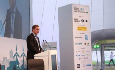 Με την ευκαιρία της Διάσκεψης του ΟΗΕ για την Κλιματική Αλλαγή στη Βόννη, το BMW Group ανακοίνωσε σημαντικές καινοτομίες στην ενεργειακή στρατηγική του. Από το 2020, η εταιρία θα προμηθεύεται ηλεκτρική ενέργεια μόνο από ανανεώσιμες πηγές σε όλο τον κόσμο. Επομένως, το BMW Group κάνει ένα σημαντικό βήμα πλησιάζοντας τον μακροπρόθεσμο στόχο του για παραγωγή με μηδενικές εκπομπές CO2. Στο τέλος του 2016, το ποσοστό ηλεκτρικής ενέργειας από ανανεώσιμες πηγές στο BMW Group ήταν 63% παγκοσμίως. Η παρουσία του BMW Group στις Διασκέψεις του ΟΗΕ για την Κλιματική Αλλαγή χρονολογείται από το 1992. Μετά από προηγούμενες διασκέψεις για το κλίμα – ή COP όπως λέγονται – σε Λίμα, Παρίσι και Μαρρακές, το BMW Group για μία ακόμα φορά παίζει ενεργό ρόλο στο COP 23. Φέτος, η διάσκεψη τελεί υπό την προεδρία των Νησιών Φίτζι και πραγματοποιείται στο UN Campus στη Βόννη της Γερμανίας, από 6 - 17 Νοεμβρίου 2017. Φόρουμ Βιώσιμης Καινοτομίας 2017. Στο COP23, το BMW Group δίνει τα παρών σε διάφορες εκδηλώσεις και 'σχήματα', συμβάλλοντας με τη δύναμη και την τεχνογνωσία του σε συζητήσεις και παρουσιάσεις με θέμα τη βιώσιμη ανάπτυξη. Αξίζει να σημειωθεί ότι το BMW Group είναι και πάλι βασικός χορηγός του Φόρουμ Βιώσιμης Καινοτομίας στις 13 και 14 Νοεμβρίου 2017. Επί αρκετά χρόνια, το Φόρουμ Βιώσιμης Καινοτομίας - Sustainable Innovation Forum (SIF) - αποτελεί πρωταρχικό στοιχείο του UN CO, στο πλαίσιο του οποίου αναλύονται οι προκλήσεις της βιώσιμης ανάπτυξης με τη συμμετοχή κορυφαίων ονομάτων από την πολιτική αρένα, τον επιχειρηματικό κόσμο και την κοινωνία. Στόχος η απεξάρτηση από τον άνθρακα. Την 1η Ημέρα της Διάσκεψης, η ατζέντα επικεντρώθηκε στην απεξάρτηση από τον άνθρακα στον τομέα μεταφορών. Χαιρετιστήρια ομιλία στο Φόρουμ Βιώσιμης Καινοτομίας απηύθυνε ο Markus Duesmann, Μέλος Δ.Σ. της BMW AG, Δίκτυο Προμηθειών και Προμηθευτών: «Το BMW Group είναι εδώ και αρκετά χρόνια εταίρος στη Διάσκεψη του ΟΗΕ για την Κλιματική Αλλαγή και ενεργός ηγέτης καινοτομίας στον τομέα της βιωσιμότητας. Η απε