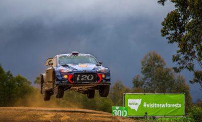 Η Hyundai Motorsport κατακτά το Ράλι Αυστραλίας και ολοκληρώνει το 2017 με διπλό βάθρο • Η Hyundai Motorsport ολοκλήρωσε την τέταρτη σεζόν της στο WRC με την τέταρτη νίκη του έτους, καθώς ο Thierry Neuville κατέκτησε το Ράλι Αυστραλίας • Κατακτώντας 14 stages, σημείωσε έναν από τους πιο συναρπαστικούς αγώνες της σεζόν και την πρώτη του νίκη στην Αυστραλία • Ο Hayden Paddon κατέκτησε μια θέση στο βάθρο παίρνοντας την τρίτη θέση σε μία δραματική Power Stage Η Hyundai Motorsport σημείωσε την τέταρτη νίκη της στο Παγκόσμιο Πρωτάθλημα Ράλι του 2017 με αντίξοες συνθήκες και μια εξαιρετικά ανταγωνιστική Power Stage, δημιουργώντας μια συναρπαστική τελευταία μέρα στο Ράλι Αυστραλίας. Το βελγικό πλήρωμα των Thierry Neuville και του Nicolas Gilsoul πάλεψε για να κερδίσει μια νίκη που άξιζε, εξασφαλίζοντας τη δεύτερη θέση στο πρωτάθλημα των οδηγών. Οι Hayden Paddon και Seb Marshall κατέλαβαν την τρίτη θέση και κατέκτησαν για δεύτερη φορά μια θέση στο βάθρο αυτή τη σεζόν. Αρχικά φαίνονταν ότι θα βρεθούν στην τέταρτη θέση, αλλά προωθήθηκαν στην τρίτη μετά τη έξοδο του Jari-Matti Latvala στην Power Stage, Ο Andreas Mikkelsen και ο συμπατριώτης του, Anders Jæger, ολοκλήρωσαν τον τρίτο τους αγώνα με τη Hyundai Motorsport σύμφωνα με τους κανονισμούς του Rally 2 και αποχώρησαν από το πρωτάθλημα το Σάββατο το πρωί. Η τελευταία μέρα δράσης είχε προγραμματιστεί να περιλαμβάνει πέντε stages, δύο διαδρομές μέσω των Pilbara Reverse (9,93 χιλιόμετρα) και Wedding Bells (6,44 χιλιόμετρα), καθώς και το Bucca test (31,90 χιλιόμετρα). Η έντονη βροχή από την αρχή της ημέρας δυσκόλεψε πολύ τη διαδρομή. Τελικά, οι συνθήκες ήταν τόσο κακές ώστε οι διοργανωτές αναγκάστηκαν να ακυρώσουν την προτελευταία stage, την επανάληψη της Pilbara Reverse. Σε μία από τις πιο συναρπαστικές αγωνιστικές περιόδους τoυ WRC, το Hyundai i20 Coupe WRC πραγματοποίησε σε ανταγωνιστικό επίπεδο τις περισσότερες διαδρομές. Κατακτώντας νίκες στο χώμα και την άσφαλτο, σε τρεις διαφορετικές ηπείρους, και δείχνοντας ευελιξία στο α