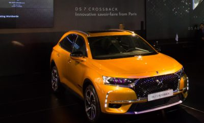 "Είναι αναμφίβολα το σημαντικότερο μοντέλο της ""Αυτοκίνησης Fysikon 2017"". Στο περίπτερο της DS Automobiles, το δυναμικό DS 7 Crossback είναι το μοντέλο που ξεχωρίζει για τον προηγμένο σχεδιαστικό του χαρακτήρα και για την τεχνολογία αιχμής που το κάνουν να αποτελεί μια μοναδική πρόταση στην Premium - Luxury κατηγορία. Την αποκάλυψη του αυτοκινήτου κατά την Δημοσιογραφική Παρουσίαση έκανε ο Senior Vice President για τις Πωλήσεις και το Marketing της DS Automobiles παγκοσμίως, κύριος Arnaud Ribault μαζί με τον κύριο Δημήτρη Καββούρη, Chief Operating Officer της μάρκας DS Automobiles στην Ελλάδα, κατά την διάρκεια μιας εντυπωσιακής και ταυτόχρονα σημαντικής εκδήλωσης που διοργάνωσε η εισαγωγική εταιρία Aiglon Α.Ε. O κος Καββούρης άνοιξε την εκδήλωση καλωσορίζοντας τους επισκέπτες στο περίπτερο της DS, τονίζοντας τη σημαντικότητα του DS 7 Crossback για τη μάρκα και το PSA Group, καλώντας στη συνέχεια στο βήμα τον κο A. Ribault. Ο κος Ribault δήλωσε: ""Είναι σημαντική στιγμή για τη DS Automobiles να παρουσιάζει σε πρώτη πανελλαδική προβολή το νέο DS 7 Crossback που σηματοδοτεί μια νέα εποχή για τη μάρκα DS και για τις αξίες που πρεσβεύει"". Ανέπτυξε τα σημαντικότερα στοιχεία του αυτοκινήτου που το καθιστούν μοναδικό και συνέχισε: ""Οι πρώτες παραγγελίες για το αυτοκίνητο θα ξεκινήσουν στις αρχές του νέου έτους, ενώ οι πρώτες παραδόσεις θα είναι στα μέσα του β' τριμήνου του 2018. H παρουσία του DS 7 Crossback είναι η απαρχή για την επιτυχημένη πορεία της DS στην Ελλάδα, ενώ από το 2018 θα λειτουργήσει και το πρώτο DS Store στην Αθήνα"". Η νέα πνοή στο κομμάτι της Luxury μετακίνησης ξεκινά χάρη στο εντυπωσιακό SUV που έχει κλέψει τις εντυπώσεις του κοινού της Έκθεσης. Όλο και περισσότεροι επισκέπτες προσέρχονται στο περίπτερο της DS Automobiles να θαυμάσουν από κοντά και να ενημερωθούν σχετικά με τον ξεχωριστό Savoir Faire χαρακτήρα και την Avant Garde φιλοσοφία πολυτέλειας του DS 7 Crossback. Αξίζει να αναφερθεί πως το DS 7 Crossback έχει επιλεγεί και από τον Γάλλο Πρόεδρο, E"