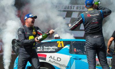 Ενδέκατος γενικής ο Σερδερίδης στην Αυστραλία! Το καλύτερο αποτέλεσμα της καριέρας του στο Παγκόσμιο Πρωτάθλημα Ράλλυ πέτυχε ο Ιορδάνης Σερδερίδης στο Ράλλυ Αυστραλίας! Ο Έλληνας εκπρόσωπος μας στο WRC τερμάτισε στην ενδέκατη θέση της γενικής κατάταξης, ολοκληρώνοντας με απόλυτη επιτυχία την καταπληκτική χρονιά που είχε φέτος στο πρωτάθλημα. Με το αποτέλεσμα αυτό, ο συνοδηγός του Fred Miclotte εξασφάλισε τον τίτλο των συνοδηγών στο WRC Trophy, με τον Σερδερίδη να έχει εξασφαλίσει το αντίστοιχο πρωτάθλημα που απευθύνεται σε ιδιώτες που συμμετέχουν με αυτοκίνητα WRCar, από τον προηγούμενο αγώνα! «Όλα πήγαν καλά! Τερματίσαμε σε έναν απαιτητικό αγώνα, χωρίς λάθη, με ένα κορυφαίο αποτέλεσμα και τον τίτλο των συνοδηγών στο WRC Trophy να καταλήγει στον συνοδηγό μου Fred Miclotte. Τι άλλο να ζητήσει κανείς;» δήλωσε πανευτυχής στον τερματισμό του αγώνα ο Ιορδάνης Σερδερίδης και συμπλήρωσε: «Η πολλή λάσπη έκανε τις ειδικές του τελευταίου σκέλους ιδιαίτερα γλιστερές, με τη βροχή να δυσκολεύει την προσπάθεια μας στις δύο πρωινές. Χάσαμε αρκετό χρόνο, όμως τα καταφέραμε!» Ο Σερδερίδης, που με την κατάκτηση του πρωταθλήματος στο WRC Trophy εκπλήρωσε με το παραπάνω τους στόχους του σε διεθνές επίπεδο, δεν έχει ακόμα κάνει τα πλάνα του για τη νέα σεζόν, χωρίς να αποκλείει τη συμμετοχή του στο Ράλλυ Ακρόπολις με Skoda Fabia R5!