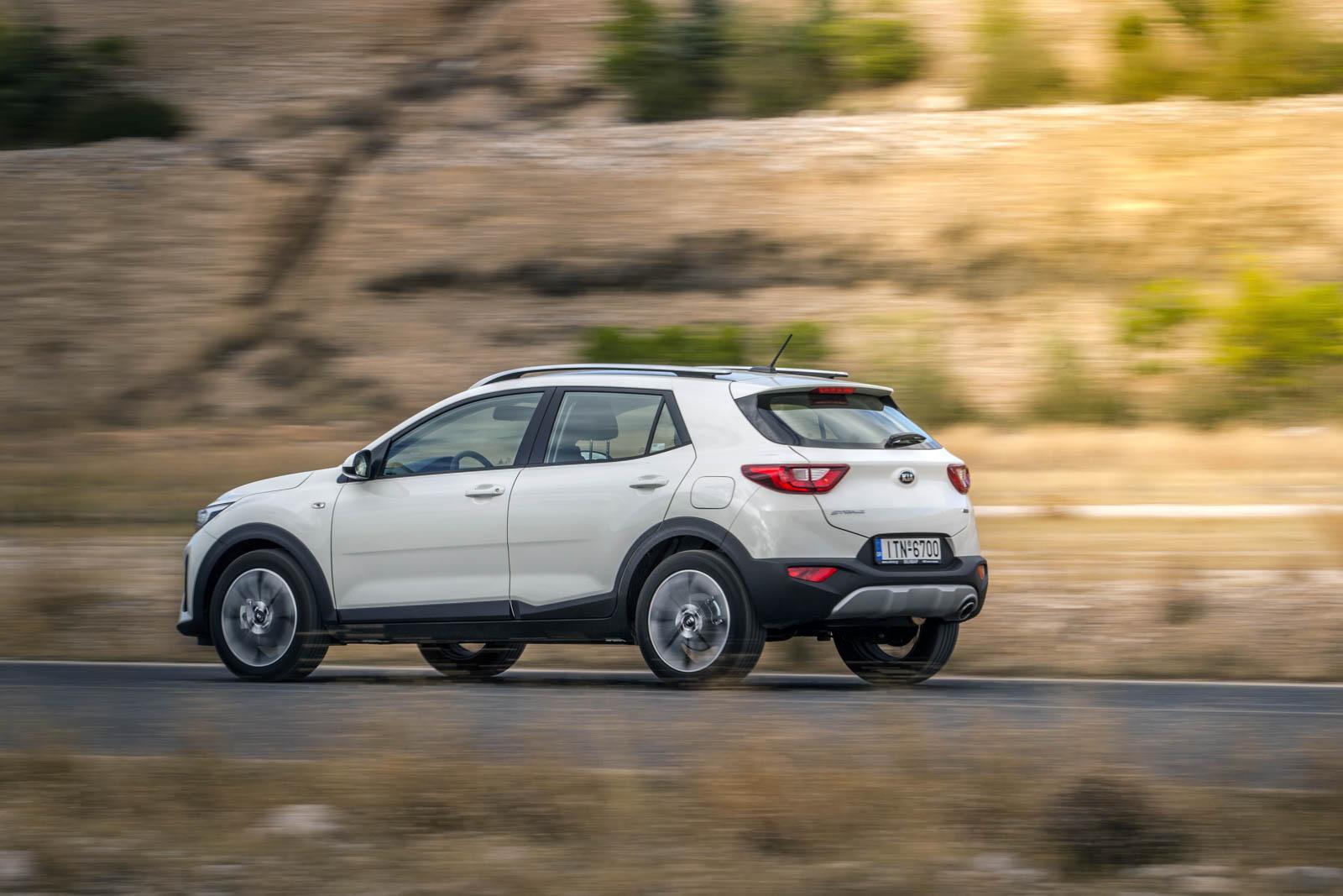 Press kit Kia Stonic: To εμπνευσμένο κόμπακτ crossover - Ένα σημαντικό μοντέλο για την Kia σε μια ραγδαία αναπτυσσόμενη κατηγορία - Ελκυστική σχεδίαση με περιπετειώδες στιλ SUV - Δυναμική οδική συμπεριφορά και σπορ αίσθηση για μια συναρπαστική εμπειρία οδήγησης - Ευρεία γκάμα με αποδοτικούς κινητήρες βενζίνης και πετρελαίου, συμπεριλαμβανομένου του υπερτροφοδοτούμενου 1.0 T-GDI - Μοντέρνο εσωτερικό με προηγμένη τεχνολογία και μεγάλες δυνατότητες εξατομίκευσης - Ευφυής εκμετάλλευση χώρων και απαράμιλλη πρακτικότητα καμπίνας - Στιβαρό πλαίσιο μειωμένου βάρους και καινοτόμα συστήματα υποβοήθησης του οδηγού Αθήνα, 3 Νοεμβρίου 2017 – Το νέο Kia Stonic συναρπάζει με την δυναμική του σχεδίαση και το ευρωπαϊκό του στιλ, όντας το μοντέλο της Kia με τις μεγαλύτερες δυνατότητες εξατομίκευσης που έχει υπάρξει μέχρι σήμερα. Οι κινητήρες βενζίνης και πετρελαίου συνδυάζονται με χειροκίνητα κιβώτια ταχυτήτων και εξασφαλίζουν χαμηλή κατανάλωση καυσίμου και εκπομπές ρύπων. Η ανάρτηση και το σύστημα διεύθυνσης έχουν ρυθμιστεί με γνώμονα τις επιθυμίες των Ευρωπαίων οδηγών έτσι ώστε να προσφέρουν συναρπαστική οδηγική εμπειρία. Η χρήση χάλυβα υψηλής αντοχής στο πλαίσιο και το αμάξωμα συμβάλλει σε κράτημα και άνεση υψηλού επιπέδου, σε όλες τις συνθήκες οδήγησης. Το Kia Stonic είναι ένα από τα πιο έξυπνα μοντέλα της κατηγορίας του, με μια σειρά τεχνολογιών που αναβαθμίζουν την οδική συμπεριφορά, την ασφάλεια, την άνεση και την λειτουργικότητα. Η ευφυής εκμετάλλευση χώρων συντελεί σε μια ευρύχωρη καμπίνα και προσφέρει υψηλό επίπεδο πρακτικότητας. Το νέο κόμπακτ crossover αποτελεί καρπό στενής συνεργασίας του σχεδιαστικού στούντιο της Kia στην Ευρώπη με το αντίστοιχο της Κορέας. Κατασκευάζεται στο εργοστάσιο Sohari (Κορέα) και καλύπτεται από τη μοναδική εγγύηση 7 χρόνων ή 150.000 χιλιομέτρων. Κατηγορία B-SUV: Η μεγαλύτερη στην Ευρώπη μέχρι το 2020 Το Stonic είναι ένα σημαντικό μοντέλο για την Kia που έχει στόχο να πρωταγωνιστήσει σε μια νέα και ραγδαία αναπτυσσόμενη κατηγορία. Το B-SUV segme