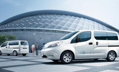 """Nissan και TEPCO εκπονούν μελέτη για """"εικονικούς σταθμούς ηλεκτροπαραγωγής"""". Η Nissan Motor Co., Ltd. και η Tokyo Electric Power Co. (TEPCO) θα εκπονήσουν μελέτη στην Ιαπωνία, προκειμένου να καθορίσουν τον τρόπο με τον οποίο τα ηλεκτρικά οχήματα μπορούν να συνδράμουν στη σταθεροποίηση της ζήτησης ηλεκτρικής ενέργειας σε ένα υφιστάμενο δίκτυο. Για την ανάγκες του προγράμματος, μια ομάδα εργαζομένων της TEPCO θα χρησιμοποιεί το αμιγώς ηλεκτροκίνητο βαν Nissan e-NV200, ενώ εργαζόμενοι της Nissan θα χρησιμοποιούν το 100% ηλεκτρικό Nissan LEAF, το ηλεκτροκίνητο όχημα που πρωτοστατεί στις πωλήσεις, σε παγκόσμια κλίμακα. Το εν λόγω πρόγραμμα έχει ήδη ξεκινήσει και αναμένεται να διαρκέσει μέχρι τα τέλη του Ιανουαρίου. Η TEPCO θα ενημερώνει τους συμμετέχοντες στο πρόγραμμα για τις χρονικές περιόδους κατά τις οποίες η ζήτηση της ηλεκτρικής ενέργειας στο δίκτυο είναι χαμηλή, έτσι ώστε όταν φορτίζουν τα οχήματά τους κατά τη διάρκεια αυτών των περιόδων να επωφελούνται κινήτρων, βάσει της καταναλωθείσας ενέργειας. Το πρόγραμμα θα εξετάσει το βαθμό στον οποίο οι χρήστες των οχημάτων ανταποκρίνονται, αλλάζοντας τους χρόνους χρέωσης τους και συμβάλλοντας με αυτό τον τρόπο στην εξομάλυνση των διακυμάνσεων της ζήτησης ισχύος. Οι πληροφορίες που συλλέγονται θα βοηθήσουν στον προσδιορισμό της αποτελεσματικότερης χρήσης των ηλεκτρικών αυτοκινήτων, προς όφελος της σταθεροποίησης της ζήτησης στο υφιστάμενο δίκτυο ηλεκτρικής ενέργειας. Η ανανεώσιμη ενέργεια θα χρησιμοποιηθεί ευρύτερα στο μέλλον, ως μέρος της στροφής προς μια κοινωνία χαμηλών εκπομπών διοξειδίου του άνθρακα. Για να χρησιμοποιηθούν οι ανανεώσιμες πηγές ενέργειας με σταθερό και αποτελεσματικό τρόπο, αναπτύσσονται """"εικονικοί σταθμοί ηλεκτροπαραγωγής"""" με στόχο την ενσωμάτωση και τον έλεγχο των διασκορπισμένων ενεργειακών πόρων από την πλευρά του καταναλωτή. Τα ηλεκτρικά οχήματα έχουν τη δυνατότητα να είναι ένας από αυτούς τους """"εικονικούς πόρους"""" ισχύος, μέσω του ελέγχου φόρτισης και """"εκφόρτωσης"""" ενέργειας, σε συνεργασία με τους"""
