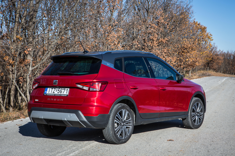 / Προηγμένη τεχνολογία, συστήματα υποβοήθησης οδηγού και συνδεσιμότητα / Δυναμική συμπεριφορά, ευρυχωρία, άνεση και πολλές δυνατότητες εξατομίκευσης / Πλήρης γκάμα αποδοτικών κινητήρων χαμηλής κατανάλωσης / Eκδόσεις βενζίνης από 14.900€ και πετρελαίου από 16.900€ Η κατηγορία των compact crossovers αυξήθηκε τέσσερις φορές σε μέγεθος από το 2015. Χωρίς αμφιβολία, η κατηγορία αυτή αποτελεί κυρίαρχη τάση στην αγορά λόγω της ευελιξίας που τα οχήματα αυτά προσφέρουν σε όλες τις συνθήκες οδήγησης και σε όλα τα εδάφη. Το νέο SEAT Arona, που έκανε το ντεμπούτο του στη Διεθνή Έκθεση Αυτοκινήτου της Φρανκφούρτης, είναι η απάντηση της SEAT σε αυτή την ολοένα αυξανόμενη τάση στην αγορά. Το Arona δεν είναι απλώς το πρώτο compact crossover της Μάρκας. Είναι το τρίτο σε σειρά λανσάρισμα μέσα στο τρέχον έτος, μετά το ανανεωμένο Leon και το νέο Ibiza και αντιπροσωπεύει ένα ακόμη βήμα στα πλαίσια της μεγαλύτερης επιθετικής προϊοντικής πολιτικής που εφαρμόστηκε ποτέ στην ιστορία της ισπανικής Μάρκας. Το Ateca και το επόμενο μεγάλο SUV που θα λανσαριστεί το 2018 περιλαμβάνονται επίσης σε αυτή την προϊοντική επίθεση. Το Arona είναι ο μικρός αδελφός της οικογένειας των SEAT SUVs αφού συνδυάζει τα πλεονεκτήματα των μικρών διαστάσεων του για χρήση στη πόλη με τα ποιοτικά χαρακτηριστικά ενός SUV για χρήση εκτός πόλης. Το νέο SEAT Arona είναι κομψό, ευρύχωρο, πρακτικό και άνετο για καθημερινή αστική χρήση, όσο και στιβαρό, σπορ και αποδοτικό για τις εξορμήσεις του Σαββατοκύριακου. Όλα αυτά, μαζί με την τελευταία τεχνολογία σε θέματα ασφάλειας και συνδεσιμότητας, την αναμφισβήτητη ελκυστική σχεδίαση του καθώς και τις πολλές επιλογές εξατομίκευσης που είναι διαθέσιμες. Το Arona κατασκευάζεται αποκλειστικά στο εργοστάσιο της SEAT στο Martorell και αποτελεί βασικό μοντέλο-κλειδί στην γκάμα της SEAT για την περαιτέρω ενδυνάμωση της Μάρκας και την αύξηση των πωλήσεων. «Το Arona είναι ένα ακόμη θεμελιώδες βήμα της επιθετικής προϊοντικής πολιτικής που εφαρμόζουμε. Είναι ο μικρός αδελφός της οικογένει