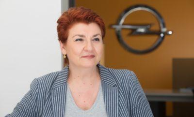 Η Αμαλία Γιαννακοπούλου, Διευθύντρια Επικοινωνίας της Opel Hellas, αποφάσισε να αποχωρήσει από την εταιρία, έπειτα από μια θητεία 20 και πλέον ετών. Κατά τη διάρκεια της καριέρας της στην εταιρία, κάλυψε με επιτυχία διάφορες θέσης ευθύνης στο Μάρκετινγκ και την Επικοινωνία. Επιπλέον η Αμαλία Γιαννακοπούλου, ηγήθηκε του project της ανακύκλωσης οχημάτων από πλευράς Opel, υπήρξε ιδρυτικό στέλεχος της ΕΔΟΕ, όπου διετέλεσε και Πρόεδρος. Η Μαρία Καλλέργη, σήμερα Υπεύθυνη για Μάρκετινγκ & Πωλήσεις Ανταλλακτικών και Αξεσουάρ, θα διαδεχθεί την Αμαλία Γιαννακοπούλου στη θέση της Διευθύντριας Επικοινωνίας, αναλαμβάνοντας και την εκπροσώπηση της εταιρίας στην ΕΔΟΕ. H Μαρία είναι κάτοχος μεταπτυχιακού τίτλου σπουδών σε Βusiness Μanagement και Βachelor Degree με εξειδίκευση σε Μάρκετινγκ και Επικοινωνία. Στο δυναμικό της Opel, εντάσσεται το 1997 και από τότε μέχρι σήμερα έχει καλύψει επιτυχώς διάφορες διευθυντικές θέσεις, στην Ελλάδα και το Εξωτερικό, όπως Εταιρικών Πωλήσεων, Διαφήμισης & Προώθησης, Διακίνησης & Συστημάτων και Διαχείρησης Προϊόντων. Χάρις στη διευρυμένη και πολύπλευρη εμπειρία της, σε Πωλήσεις, Μάρκετινγκ και Aftersales, η Μαρία θα συνεισφέρει θετικά στην προώθηση της μάρκας.