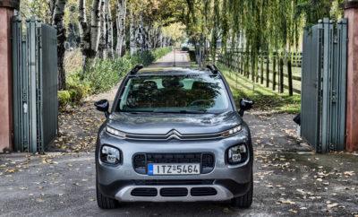 Με το ξεχωριστό του αμάξωμα και το δυναμικό του χαρακτήρα, το Νέο C3 Aircross έχει ήδη σημειώσει 20.000 παραγγελίες σε όλη την Ευρώπη! Οι λάτρεις του νέου SUV, έχουν ερωτευθεί το εσωτερικό του, στο οποίο βρίσκουν όλα τα πλεονεκτήματα των μοντέλων της Citroen, που έχουν να κάνουν με την ευρυχωρία και την άνεση για τους επιβάτες. Ανάμεσα στα μοναδικά πλεονεκτήματα που έχει το μοντέλο αναφορικά με την άνεσή του για την κάλυψη μεγάλων αποστάσεων, έρχονται να προστεθούν και τα 12 συστήματα υποβοήθησης οδήγησης και έχουν να κάνουν με την άνεση και την ασφάλεια των μετακινήσεων, χρησιμοποιώντας ό,τι καλύτερο υπάρχει σε επίπεδο τεχνολογίας. Πρόσφατα, απέκτησε και ένα ακόμα κύριας σημασίας χαρακτηριστικό, που δεν είναι άλλο από την επιβράβευση της ασφάλειας για τους επιβάτες, με την ανώτερη διάκριση των 5 αστέρων από τον ανεξάρτητο οργανισμό Euro NCAP. Το επίτευγμα αυτό, μεταφράζεται και ως απόλυτη ηρεμία για τους επιβάτες κατά τη διάρκεια των μετακινήσεών τους, είτε κινούνται στους δρόμους της πόλης, είτε σε off road διαδρομές, καθώς το C3 Aircross πηγαίνει χάρη στα προηγμένα συστήματα Grip Control και Hill Assist Descent με τα οποία εφοδιάζεται.