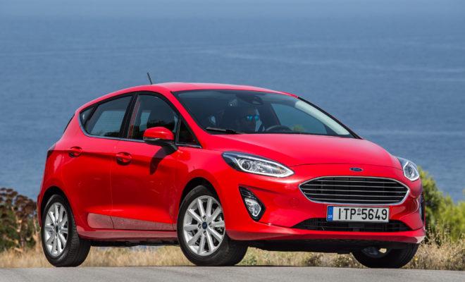 Το Ford Fiesta είναι το «Αυτοκίνητο του 2018» Σε μια εκδήλωση που πραγματοποιήθηκε στις εγκαταστάσεις της Helexpo στο Μαρούσι οι δημοσιογράφοι μέλη του ανεξάρτητου δημοσιογραφικού θεσμού «Αυτοκίνητο της Χρονιάς για την Ελλάδα» επέλεξαν το Ford Fiesta ως «Αυτοκίνητο του 2018». Η επιλογή έγινε φέτος για πρώτη φορά με ένα νέο σύστημα ανοιχτής ψηφοφορίας, σύμφωνα με το οποίο κάθε μέλος του θεσμού κατανέμει ένα σύνολο 100 βαθμών στα 10 αυτοκίνητα που συμμετέχουν στην ψηφοφορία. Αυτά τα 10 αυτοκίνητα είχαν περάσει στην τελική φάση κατά τη διαδικασία προεπιλογής (η οποία επίσης πραγματοποιείται με ψηφοφορία) από 27 νέα μοντέλα τα οποία παρουσιάστηκαν κατά το προηγούμενο 12μηνο στην ελληνική αγορά. Τα αυτοκίνητα της τελικής φάσης ήταν (με αλφαβητική σειρά) τα Ford Fiesta, Honda Civic, Hyundai i30, Kia Stonic, Nissan Micra, Renault Megane, Seat Ibiza, Skoda Kodiaq, Toyota C-HR και VW Polo. Μετά την καταμέτρηση των ψήφων νικητής και «Αυτοκίνητο του 2018» αναδείχθηκε το Ford Fiesta με 338 βαθμούς, κερδίζοντας στην κυριολεξία στο νήμα το Seat Ibiza, με μόλις 1 βαθμό διαφορά, δείγμα της δύσκολης επιλογής που είχαν να κάνουν φέτος οι ψηφοφόροι απέναντι σε 10 πολύ καλά αυτοκίνητα. Οι δημοσιογράφοι μέλη του θεσμού επιλέγουν κάθε χρόνο το «Αυτοκίνητο της Χρονιάς για την Ελλάδα» ανάμεσα στα καινούργια αυτοκίνητα που εμφανίστηκαν στην ελληνική αγορά το προηγούμενο 12μηνο και τα οποία έχουν οδηγήσει στους ελληνικούς δρόμους, με κριτήρια που αφορούν την τεχνολογία, την ασφάλεια, την ποιότητα, την πληρότητα της γκάμας, το κόστος αγοράς και χρήσης, αλλά και κάθε άλλο χαρακτηριστικό που συμβάλλει ώστε ένα αυτοκίνητο να ταιριάζει στην ελληνική πραγματικότητα και στην αντίληψη της αυτοκίνησης από τους Έλληνες καταναλωτές. Όπως κάθε χρόνο, απονεμήθηκε και φέτος από το θεσμό ένα ειδικό βραβείο, αυτή τη φορά σχετικό με την οδική ασφάλεια. Το βραβείο απονεμήθηκε στην κα Ελένη Καρύδη της ΕΥΘΥΤΑ, για την ανιδιοτελή προσφορά της στην ευαισθητοποίηση του κοινού και ιδιαίτερα των μικρότερων ηλικιών γ