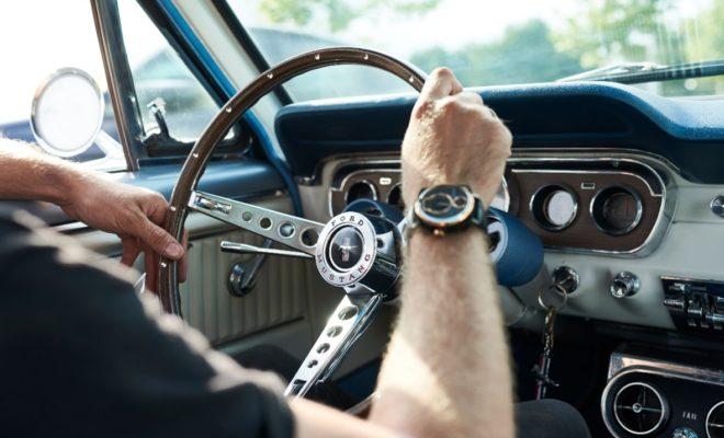 Παροπλισμένες Ford Mustang μεταμορφώνονται σε μοναδικά ρολόγια Μπορεί να γίνει το απόλυτο Χριστουγεννιάτικο δώρο για τον 'petrolhead' την παρέας – ένα χειροποίητο ρολόι, δουλεμένο με αγάπη από εξαρτήματα τα οποία στην προηγούμενη ζωή τους ήταν κομμάτια μιας κλασικής Ford Mustang. Η ιδέα είναι 'πνευματικό παιδί' των Christian Mygh και Jonathan Kamstrup, που μαζί 'χτενίζουν' περιοχές απορριμμάτων σε όλο τον κόσμο, ψάχνοντας για αυτοκίνητα, το καθένα από τα οποία μπορεί να μεταμορφωθεί σε εκατοντάδες μοναδικά ρολόγια, αξίας $1.495+. Για τους γνήσιους λάτρεις της Mustang, η REC Watches, που εδρεύει στη Δανία, θα δημιουργήσει ακόμα και ολοκαίνουργια ρολόγια από εξαρτήματα που έχουν δωρίσει πελάτες, όπως ο Παγκόσμιος Πρωταθλητής Drift και επαγγελματίας 'fun-haver' Vaughn Gittin Jr., ο οποίος φοράει ρολόι από το ανθρακονημάτινο αμάξωμα της Ford Mustang RTR (700 hp) του, στο Παγκόσμιο Πρωτάθλημα Drift. «Οι περισσότεροι άνθρωποι θα έβλεπαν απλά μία μάζα από λαμαρίνες, το φάντασμα μιας Mustang. Εμείς βλέπουμε κάτι τελείως διαφορετικό – την ψυχή ενός αυτοκινήτου και μία ιστορία που πρέπει να ειπωθεί,» δήλωσε ο συνιδρυτής Mygh. «Δεν κατακρεουργώ τις Mustang. Ξαναδίνω ζωή στις Mustang για τις οποίες δεν υπάρχει καμία ελπίδα να επισκευαστούν μεταμορφώνοντάς τις σε ρολόγια.» Για να διατηρήσει την ιστορία τους στο πέρασμα του χρόνου, η REC Watches προσπαθεί να ανακαλύψει με ιδιαίτερη ευαισθησία το παρελθόν κάθε οχήματος. Μιλώντας με προηγούμενους ιδιοκτήτες, συλλέγοντας ιστορίες και φωτογραφίες από τις προηγούμενες ζωές του αυτοκινήτου και ενσωματώνοντάς τις σε ένα αποκλειστικό βίντεο. Κάθε ολοκληρωμένο σχέδιο περιλαμβάνει τον αριθμό πλαισίου του οχήματος, το έτος παραγωγής και τα κλασικά σχεδιαστικά στοιχεία Mustang. Μια ένδειξη ισχύος που μοιάζει με δείκτη καυσίμου δείχνει την υπόλοιπη ζωή της μπαταρίας, ενώ οι δείκτες, η ημερομηνία και το καντράν είναι όλα επηρεασμένα από το ταμπλό του θρυλικού αυτοκινήτου. Σε ένα ταξίδι στη Σουηδία, η ομάδα 'χτύπησε φλέβα χρυσού' με ένα σπάνιο 