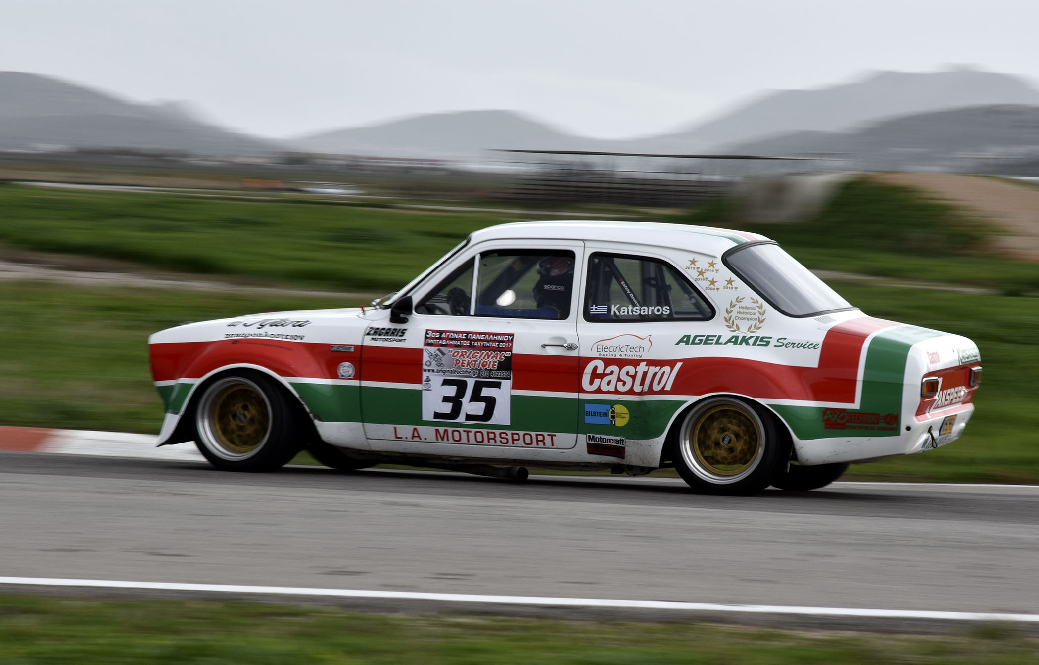 τις Κατατακτήριες Δοκιμές του Σαββάτου 2/12, στις οποίες ο Γιώργος Καμιτσάκης κέρδισε στα χιλιοστά του δευτερολέπτου την pole position του Ενιαίου, ενώ στις κατηγορίες τους κυριάρχησαν οι Γιώργος Κεχαγιάς (GT-Touring), Γιώργος Κατσαρός (Ιστορικά) και Παναγιώτης Ηλιόπουλος (Formula Saloon).  Σε μια αρκετά ζεστή για την εποχή ημέρα, και χωρίς ορατή απειλή βροχής απ' το συννεφιασμένο ουρανό, οι αγωνιζόμενοι βγήκαν αρκετά καλή την πρόσφυση της πίστας του αττικού αυτοκινητοδρομίου ενόψει του αυριανού 3ου γύρου του Πανελλήνιου Πρωταθλήματος Ταχύτητας Αυτοκινήτων, και μαζί 9ου & 10ου γύρου του Ενιαίου Πρωταθλήματος για το 2017.  Έπειτα από δύο περιόδους Ελεύθερων Δοκιμών, που τους επέτρεψαν να εγκλιματιστούν και να ρυθμίσουν τα αυτοκίνητά τους μετά τη μακρόχρονη απουσία της πίστας από το Πρωτάθλημα, οι οδηγοί έδωσαν στις Κατατακτήριες Δοκιμές μια συναρπαστική πρώτη ιδέα για τους έξι αγώνες της Κυριακής - που διοργανώνονται από τα Αθλητικά Σωματεία ΕΛ.Λ.Α.Δ.Α. και Α.Σ.Σ.Ο.Α.Α.  Ειδικά στην Κατηγορία του Ενιαίου, με τα ισοδύναμα Skoda Fabia 1.2 Turbo, η μάχη κρίθηκε υπέρ του Γιώργου Καμιτσάκη με διαφορά 54 χιλιοστών του δευτερολεπτου από τον Μίλτο Κύρκο, και 92 χιλιοστών από τον Νίκο Ζάχο! Δίπλα στον Ζάχο, στη δεύτερη σειρά, θα παραταχθεί ο Φίλιππος Καλέσης, ενώ την τρίτη σειρά θα καταλάβουν δύο ακόμα διεκδικητές του επάθλου Νέων οδηγών, ο Γιάννης Χαραλαμπόπουλος και ο Γιάννης Ποτουρίδης.