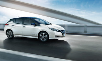 """Το νέο Nissan LEAF κατέκτησε το βραβείο Best Small Family Car, στα Next Green Car Awards 2017 του Ηνωμένου Βασιλείου. Πριν καν ξεκινήσει η εμπορική του διάθεση στην Ευρώπη, το νέο Nissan LEAF κατακτά ένα ακόμα βραβείο από τον θεσμό του Next Green Car στο Ηνωμένο Βασίλειο. Αξίζει να σημειωθεί ότι τον προηγούμενο μήνα, είχε προηγηθεί η βράβευση του νέου Nissan LEAF από την Ένωση Τεχνολογιών Καταναλωτών (CES) στις ΗΠΑ, με το βραβείο Best of Innovation (Καλύτερης Καινοτομίας). Το νέο Nissan LEAF παίρνει την σκυτάλη από το προηγούμενης γενιάς μοντέλο, όπου το 2015 κατέκτησε το ίδιο το βραβείο. Το νέο LEAF εντυπωσίασε την κριτική επιτροπή των βραβείων του Next Green Car με τη βελτιωμένη αυτονομία του, την ξεχωριστή σχεδίαση και τις προηγμένες τεχνολογίες οδήγησης. Τα βραβεία Next Green Car 2017 αναγνωρίζουν τα καλύτερα """"πράσινα"""" αυτοκίνητα που λανσαρίστηκαν στο Ηνωμένο Βασίλειο το 2017. Καλύπτοντας οκτώ διαφορετικές κατηγορίες, οι νικητές επιλέγονται από έναν κατάλογο 32 διαφορετικών μοντέλων από 18 κατασκευαστές. Τα μοντέλα που κερδίζουν καλύπτουν επτά κατηγορίες οχημάτων και όλα έχουν κριθεί σε σχέση με διάφορους παράγοντες, συμπεριλαμβανομένων των περιβαλλοντικών κριτηρίων, των επιδόσεων και του κόστους. Εκτός των προαναφερομένων, οι κριτές συνεκτιμούν την καταλληλότητα του οχήματος για τον προοριζόμενο σκοπό, τις επιπτώσεις στην αγορά, καθώς και την σχέση ποιότητας / τιμής."""