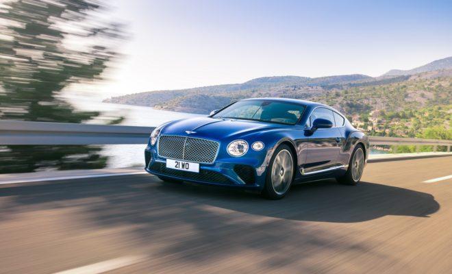 """H νέα Bentley Continental GT αποκαλύπτεται Σε μία φαντασμαγορική εκδήλωση στην οποία έδωσε το παρών σχεδόν όλη η επώνυμη Αθήνα, έγινε η αποκάλυψη της ολοκαίνουργιας Bentley Continental GT. Το νέο εντυπωσιακό υπεραυτοκίνητο της βρεταννικής μάρκας ήταν ο βασικός πρωταγωνιστής του κοσμικού gala με θέμα """"Luxury is Back"""", που σηματοδότησε την επιστροφή της πολυτέλειας στη ζωή μας, όπως αυτή εκφράζεται μέσα από εξαιρετικές ανθρώπινες τεχνολογικές κατασκευές. Το μοναδικό happening οργάνωσαν από κοινού η Bentley, ο ιστορικός οίκος κοσμημάτων και υψηλής ωρολογοποιίας «Πατσέας» και η Bang & Olufsen, η δανέζικη premium μάρκα συστημάτων ήχου και εικόνας, το βράδυ της Πέμπτης 7 Δεκεμβρίου. Ειδικά για την εκδήλωση είχε ανεγερθεί στον αίθριο χώρο ανάμεσα στο κοσμηματοπωλείο και τις κεντρικές εγκαταστάσεις της Bentley στην Ελλάδα, επί της Λεωφ. Κηφισίας, μία εντυπωσιακή πολυτελής κατασκευή που πρόσφερε ιδανικές συνθήκες φιλοξενίας. Τη νέα Bentley Continental GT αποκάλυψε στους εκατοντάδες προσκεκλημένους ο κ. Νίκολας Μπέρναρντ, γενικός διευθυντής της Bentley στην Ελλάδα, μαζί με τον κ. Φίλιπ Νόακ (Philipp Noack), γενικό διευθυντή πωλήσεων της Bentley για την Ευρώπη. Η νέα Bentley Continental GT είναι το απόλυτο Luxury Grand Tourer. Στην τρίτη του πλέον γενιά, το μοντέλο έχει αγγίξει την τελειότητα. Σχεδιασμένη, τεχνολογικά εξελιγμένη και κατασκευασμένη στο χέρι εξ ολοκλήρου στη Μεγ. Βρεταννία, η νέα Continental GT αποτελεί την επιτομή του συνδυασμού κορυφαίας τεχνολογίας, των πιο φίνων υλικών και της μοναδικής τέχνης του χειροποίητου. Ο εξωτερικός σχεδιασμός είναι τολμηρός, παραπέμποντας σε γλυπτό έργο τέχνης ενώ το εσωτερικό επαναπροσδιορίζει την έννοια της πολυτέλειας και του Grand Touring. Το πανέμορφο τετραθέσιο κουπέ κινεί η εξελιγμένη έκδοση του δωδεκακύλινδρου W12 TSI κινητήρα των 6.0 λίτρων, με διπλό turbo, που για πρώτη φορά συνδυάζεται με αυτόματο κιβώτιο ταχυτήτων διπλού συμπλέκτη, 8-σχέσεων, για πιο γρήγορες, ανεπαίσθητες αλλαγές. Ο οδηγός έχει στη διάθεσή του 635 ίππου"""