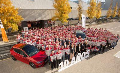 """Το SEAT Prototype Development Centre γιορτάζει 10 χρόνια συμβολής στην προώθηση της καινοτομίας / Με έδρα τις εγκαταστάσεις του εργοστασίου στο Martorell, αποτελεί σημείο αναφοράς στην ανάπτυξη και κατασκευή ενός μοντέλου / Με σχεδόν 300 εξειδικευμένους επαγγελματίες σε 19.000 τ.μ., η μάρκα επένδυσε 430 εκατομμύρια ευρώ μέσα σε δέκα χρόνια / Η SEAT εφαρμόζει την εικονική πραγματικότητα εδώ και μία δεκαετία Αυτό το έτος σηματοδοτεί την δέκατη επέτειο λειτουργίας του SEAT Prototype Development Centre (CPD) και το έργο του τιμήθηκε σε σχετική εκδήλωση που διοργανώθηκε με την συμμετοχή όλων των επαγγελματιών του Κέντρου. To CPD, που βρίσκεται στη καρδιά του εργοστασίου στο Martorell, είναι η σύνδεση του R&D και του σταδίου παραγωγής, όπου η μάρκα συνδυάζει την ανάπτυξη και την κατασκευή και η εικονική πραγματικότητα παίρνει σάρκα και οστά. Από τα εγκαίνια του το 2007, η εταιρεία έχει επενδύσει 430 εκατομμύρια ευρώ στο κέντρο αυτό που διαθέτει 19.000 τετραγωνικά μέτρα σύγχρονων εγκαταστάσεων και απασχολεί περίπου 300 μηχανικούς και εξειδικευμένους τεχνικούς. Ένας από τους κύριους στόχους του SEAT Prototype Development Centre (CPD) είναι να μειωθεί ο χρόνος εξέλιξης νέων μοντέλων και να προωθηθεί η αποτελεσματικότητα των διαδικασιών και διαχείρισης πόρων. Παράδειγμα αποτελεί η χρήση εικονικής πραγματικότητας στα αρχικά στάδια ανάπτυξης ενός μοντέλου που μείωσε κατά 30% τον χρόνο παραγωγής πρωτοτύπων. Ο SEAT Vice-President for Production, Dr. Andreas Tostmann υπογράμμισε «Το Prototype Development Centre είναι μία προηγμένη λειτουργία και ένα σαφές παράδειγμα της δέσμευσης της SEAT στη """"Βιομηχανία 4.0"""". Εργαζόμαστε με την εικονική πραγματικότητα για πάνω από μία δεκαετία και την εφαρμόζουμε σε πρωτότυπα και διαδικασίες παραγωγής». Ο Dr.Tostmann πρόσθεσε ότι «το CPD είναι προσανατολισμένο στις διαδικασίες παραγωγής και προωθεί την συμμετοχή ατόμων σε διαφορετικούς τομείς. Ταυτόχρονα, αποτελεί το βασικό παράγοντα υλοποίησης βελτιώσεων, οι οποίες μας επιτρέπουν να αξιοποιούμε """