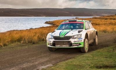 «Χρυσό» το 2017 για τη SKODA MOTORSPORT και το Fabia R5 • Η SKODA πρωταθλήτρια σε επίπεδο κατασκευαστών και οδηγών στο WRC 2 • Το SKODA Fabia R5 το πιο πετυχημένο και πολυνίκες μοντέλο για το 2017 στην κατηγορία R5, με ότι πιο κοντινό στα μοντέλα ευρείας παραγωγής, από τα αγωνιστικά αυτοκίνητα • Οι Σωκράτης Τσολακίδης – Χάρης Δήμος πρωταθλητές Ελλάδας με SKODA Fabia R5 Η χρονιά που φεύγει ήταν η πλέον επιτυχημένη για τη SKODA, όσον αφορά το Motorsport, στα 116 χρόνια της ιστορίας της! Στην κορυφαία ίσως μορφή του μηχανοκίνητου αθλητισμού, το Παγκόσμιο Πρωτάθλημα Ράλλυ – World Rally Championship (WRC), η SKODA Motorsport πανηγύρισε τον τίτλο τόσο στους κατασκευαστές όσο και στους οδηγούς, στην κατηγορία WRC 2, όπου συμμετείχε. Οι Σουηδοί Πόντους Τίντεμαντ (Pontus Tidemand) και Γιόνας Άντερσσον (Jonas Andersson) στο τιμόνι ενός SKODA Fabia R5 κατέκτησαν το βαρύτιμο τρόπαιο, με τη SKODA να κατακτά το αντίστοιχο κύπελλο στους κατασκευαστές. Εκτός του FIA World Rally Championship, το SKODA Fabia R5 αναδείχθηκε πρωταθλητής σε πολλούς άλλους διεθνείς και εθνικούς θεσμούς ανά την υφήλιο. Η επιτυχία του αυτή είναι ιδιαίτερα σημαντική, καθώς η κατηγορία R5 αφορά αγωνιστικά αυτοκίνητα τα οποία είναι ότι πιο κοντινό στα μοντέλα ευρείας παραγωγής που είναι διαθέσιμα στους απλούς οδηγούς. Το SKODA Fabia R5 κυριάρχησε σε πολλούς αγώνες ράλλυ το 2017. Χαρακτηριστικά, 14 εθνικά πρωταθλήματα κατακτήθηκαν από πληρώματα που οδηγούσαν SKODA Fabia R5. Φυσικά, ιδιαίτερη μνεία πρέπει να γίνει στους Σωκράτη Τσολακίδη και Χάρη Δήμο, οι οποίοι κέρδισαν το Πανελλήνιο Πρωτάθλημα Ράλλυ, στο τιμόνι ενός SKODA Fabia R5. Ανάμεσα στους υπόλοιπους θεσμούς, ξεχωρίζει το Πρωτάθλημα Ράλλυ Ασίας-Ειρηνικού (FIA Asian-Pacific Rally Championship – APRC), με αγώνες σε Νέα Ζηλανδία, Αυστραλία, Ιαπωνία, Μαλαισία και Ινδία. Ο πολύ γνωστός Βέλγος συνοδηγός Στεφάν Πρεβό (Stephane Prevot) καθοδήγησε με τη μεγάλη εμπειρία του τον Ινδό Γκάουραβ Γκιλ (Gaurav Gill) στην κατάκτηση του τίτλου, για τρίτη μάλιστα συνεχή χ