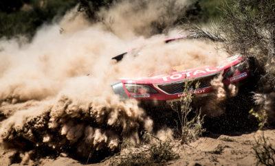 """Στο Ντακάρ 2018 η PEUGEOT κατέκτησε την 3η της συνεχόμενη νίκη. Διασχίζοντας συνολικά 8.793 χιλιόμετρα σε αμμόλοφους, βουνά και βραχώδεις περιοχές στο Περού, την Βολιβία και την Αργεντινή, οι Carlos Sainz/Lucas Cruz κατέκτησαν με το PEUGEOT 3008DKR Maxi το 40ο Ράλι Ντακάρ. Η Team Peugeot Total πραγματοποίησε τα τελευταία τρία χρόνια ένα απίστευτο χατ-τρικ στον πιο απαιτητικό μηχανοκίνητο αγώνα αντοχής έχοντας ως βάση το PEUGEOT 3008 SUV, το """"Car of the Year 2017"""". ΤΑΧΥΤΗΤΑ ΚΑΙ ΑΞΙΟΠΙΣΤΙΑ. Οι διαδρομές του 40ου ράλι Ντακάρ αποδείχτηκαν ιδιαίτερα απαιτητικές και σκληρές καταπονώντας τα μηχανικά μέρη των αγωνιστικών. Με συνολικό μήκος κοντά στα 9.000 χιλιόμετρα τα PEUGEOT 3008DKR Maxi επιβεβαίωσαν την αξιοπιστία τους κατακτώντας τις 7 από τις 13 συνολικά ειδικές διαδρομές που πραγματοποιήθηκαν. Το μόνο αξιοσημείωτο μηχανικό πρόβλημα ήταν ένα μικρό με το κιβώτιο, ενώ η εγκατάλειψη του No306 PEUGEOT 3008DKR Maxi δεν οφείλεται σε κανένα τεχνικό πρόβλημα. Τα νέα ελαστικά BF Goodrich ήταν ιδιαίτερα ανθεκτικά στο σκληρό έδαφος της Νοτίου Αμερικής. Τα ελαστικά TOTAL συνέβαλαν στην μέγιστη απόδοση και στα μεγάλα υψόμετρα. Η Peugeot παραμένει πιστή στην φιλοσοφία μετάδοσης κίνησης μόνο στους δύο τροχούς συμμετέχοντας στον σκληρό αυτό αγώνα με τα αποκλειστικά δικίνητα Peugeot 3008DKR Maxi, και αποδεικνύοντας για άλλη μια φορά πως για ένα καλό αποτέλεσμα στα πιο δύσκολα εδάφη του πλανήτη δεν είναι απαραίτητη η τετρακίνηση. Η ΕΚΔΙΚΗΣΗ ΤΟΥ """"MATADOR"""". Οι Carlos Sainz και Lucas Cruz είχαν σταθεί άτυχοι στα τελευταία τρία Ντακάρ, αλλά στο φετινό πήραν την """"εκδίκησή"""" τους. Οδήγησαν γρήγορα και προσεκτικά για να σημειώσουν τον καλύτερο χρόνο με το No303 PEUGEOT 3008DKR Maxi. Σε όλες τις ειδικές είχαν καλούς χρόνους κατακτώντας τις SS6 και SS7 και τελικά τον μαραθώνιο του Ντακάρ. Οι νικητές του 2010 επιστρέφουν ξανά στο πρώτο σκαλί του βάθρου φτάνοντας στην Cordoba και στον τελικό τους προορισμό με διαφορά 43 λεπτά και 40 δευτερόλεπτα! ΑΤΥΧΟΣ Ο """"MR DAKAR"""". Οι Stéphane Peterhansel και Jea"""