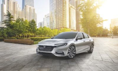 """Το Νέο Honda Insight Prototype επαναπροσδιορίζει την κατηγορία επεκτείνοντας παράλληλα την οικογένεια των Ηλεκτρικών Οχημάτων της Honda - Το νέο 2019 Honda Insight θα συνδυάζει ένα ευρέως αποδεκτό ελκυστικό στυλ με την χωρητικότητα ενός 5θέσιου sedan και ανταγωνιστική οικονομία καυσίμου - Με την ισχύ του καινοτόμου, κορυφαίου υβριδικού συστήματος κίνησης δύο μοτέρ της Honda, το Insight σηματοδοτεί την επόμενη φάση στην Πρωτοβουλία Εξηλεκτρισμού Honda (Honda Electrification Initiative) Το νέο Honda Insight Prototype πραγματοποίησε παγκόσμια παρουσίαση στη Διεθνή Έκθεση Αυτοκινήτου Β. Αμερικής, δίνοντας στους καταναλωτές μία πρώτη γεύση από το τελευταίο μοντέλο της αυξανόμενης γκάμας ηλεκτρικών οχημάτων της Honda. Το Insight θα παρουσιαστεί στην Αμερική μέσα στο 2018, και κατατάσσεται σαν premium compact πάνω από το Civic στην οικογένεια των επιβατικών οχημάτων της Honda. Ξεχωρίζει από τα υπόλοιπα compact υβριδικά με την κομψή sedan σχεδίασή του, την ευρύχωρη καμπίνα πέντε ατόμων, και τις βελτιωμένες επιδόσεις σε συνδυασμό μάλιστα με την οικονομική κατανάλωση. «Το νέο 2019 Honda σηματοδοτεί την είσοδό μας σε μία νέα εποχή εξηλεκτρισμού με προϊόντα Honda νέας γενιάς, που προσφέρουν στους πελάτες τα οφέλη της προηγμένης τεχνολογίας κινητήρων χωρίς συμβιβασμούς στη σχεδίαση, την ποιότητα ή τη διάταξη χώρων» δήλωσε ο Henio Arcangeli, Jr., Αντιπρόεδρος Πωλήσεων Αυτοκινήτων και Γενικός Διευθυντής της Honda, American Honda Motor Co., Inc. «Το Honda Insight αναμένεται να συναγωνιστεί σε οικονομία καυσίμου τα καλύτερα υβριδικά της κατηγορίας, με ένα γενικά αποδεκτό ελκυστικό στυλ, μέσα - έξω, και με την καλύτερη χωρητικότητα επιβατών στην κλάση του.» Το Insight Prototype υιοθετεί κομψή σχεδίαση με χαμηλωμένο και φαρδύ αμάξωμα, που αναδεικνύεται από τη χαρακτηριστική μάσκα """"flying wing"""" της Honda, τη δυναμική πρόσοψη, τους λεπτούς προβολείς και τα πίσω φώτα LED σε συνδυασμό με έντονες και δυναμικές χαρακτηριστικές γραμμές και μία εκτεταμένη γραμμή οροφής τύπου coupe. Έχοντας μα"""