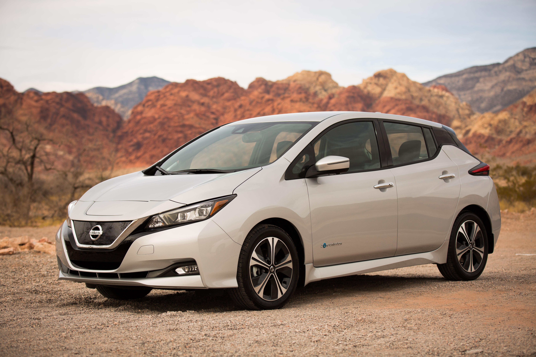 """Το νέο Nissan LEAF έχει συμπεριληφθεί στην λίστα με τα 10 καλύτερα αυτοκίνητα που θέτουν υποψηφιότητα για τα βραβεία World Car of the Year του 2018. Πρόκειται για μια διπλή αναγνώριση για το Nissan LEAF, καθώς το νέας γενιάς ηλεκτροκίνητο όχημα, κατατάσσεται στην τελική τετράδα για την κατηγορία του World Green Car του 2018. Μια κριτική επιτροπή 82 δημοσιογράφων αυτοκινήτου από όλο τον κόσμο, επέλεξε τους φιναλίστ με μυστική ψηφοφορία, αξιολογώντας κάθε όχημα με οδήγηση σε αποκλειστικές εκδηλώσεις του διοργανωτή των βραβείων. """"Ο κόσμος κινείται με ταχύ ρυθμό προς τα ηλεκτρικά αυτοκίνητα και το Nissan LEAF είναι ένα από τα καλύτερα"""", δήλωσε ο Paul Gover, ένας από τους πιο έγκριτους δημοσιογράφους αυτοκινήτων της Αυστραλίας και κριτής του World Car of the Year. """"Δεν μπαίνεις στην τελική λίστα του Παγκόσμιου Αυτοκινήτου της Χρονιάς αν δεν το αξίζεις. Το LEAF είναι ένα αυτοκίνητο που πρέπει να δεις όταν σκέφτεσαι το μέλλον της αυτοκίνησης"""". Με το Nissan Micra να είναι επίσης στους φιναλίστ στην κατηγορία του World Urban Car του 2018, αυτή είναι η πέμπτη φορά στην 14χρονη ιστορία του βραβείου World Car of the Year, με την συμμετοχή ενός Nissan στην τελική κατάταξη του θεσμού. Η πρώτη γενιά του Nissan LEAF κατέκτησε τον τίτλο του Παγκόσμιου Αυτοκινήτου της Χρονιάς το 2011, με το Nissan QASHQAI να είναι στους τελικούς του 2008 και του 2015 και το GT-R το 2009. Με την ανακοίνωση των κορυφαίων 10 φιναλίστ, ξεκινά η αντίστροφη μέτρηση για την τελετή απονομής των βραβείων World Car Awards του 2018, που θα φιλοξενηθεί στη Διεθνή Έκθεση Αυτοκινήτου της Νέας Υόρκης, στις 28 Μαρτίου. To νέο Nissan LEAF, θα είναι διαθέσιμο στην Ελλάδα τον ερχόμενο Μάιο."""