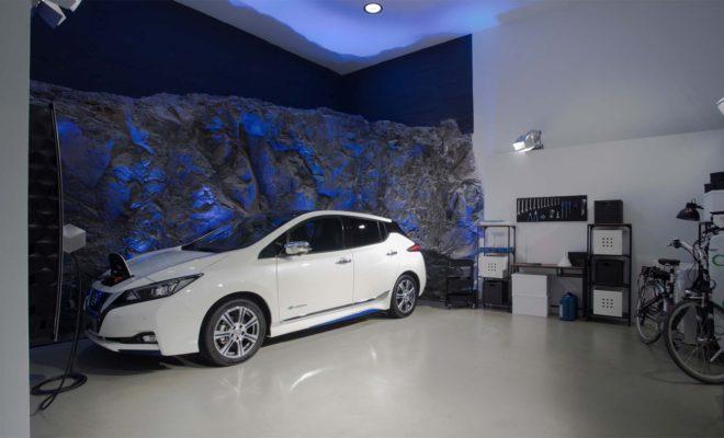 """Το Ηλεκτρικό Οικοσύστημα του μέλλοντος από τη Nissan. Με την αποκάλυψη του φιλόδοξου ηλεκτρικού οικοσυστήματός της μόλις πριν από 3 μήνες, η Nissan παρουσιάζει πλέον την συγκεκριμένη τεχνολογία σε δράση. Η εκδήλωση """"Nissan Electric Ecosystem Experience"""" διοργανώνεται στο Iσπανικό Nησί της Τενερίφης, αποδεικνύοντας τη δέσμευση της μάρκας στην στρατηγική του Nissan Intelligent Mobility, ώστε να μεταμορφώσει τον τρόπο με τον οποίο ο κόσμος οδηγεί και, πέρα από το αυτοκίνητο αυτό καθαυτό, τον τρόπο που όλοι μπορούμε να ζήσουμε, δημιουργώντας ένα πιο συναρπαστικό και βιώσιμο μέλλον. Με την εκδήλωση Nissan Electric Ecosystem Experience θα δοθεί η ευκαιρία στους παρευρισκόμενους να οδηγήσουν το νέο Nissan LEAF, το 100% ηλεκτροκίνητο όχημα με τις περισσότερες πωλήσεις παγκοσμίως, καθώς και ένα αναβαθμισμένο e-NV200, το οποίο δίνει στους χρήστες επιπλέον 100km εμβέλειας, χάρη στην νέα μπαταρία των 40kWh. Στο πλαίσιο της διοργάνωσης, η Nissan θα πραγματοποιήσει και ενημερώσεις, σχετικά με τα έργα της στις συναφείς υποδομές και στην ενέργεια. Ο Philippe Saillard, Ανώτερος Αντιπρόεδρος Πωλήσεων και Μάρκετινγκ της Nissan Europe, σχολίασε: """"Η Nissan ξεκίνησε την επανάσταση του ηλεκτροκίνητου αυτοκινήτου σχεδόν πριν από μια δεκαετία. Εκείνη την εποχή είχαμε πουλήσει περισσότερα EV από ό, τι οποιοσδήποτε άλλος κατασκευαστής στον πλανήτη. Αλλά αυτό είναι μόνο η αρχή. Μέσω των οχημάτων μας και των επενδύσεών μας σε υποδομές και υπηρεσίες ενέργειας, είμαστε έτοιμοι να κοιτάξουμε πέρα από το αυτοκίνητο και να μεταμορφώσουμε τον τρόπο που όλοι ζούμε. Αυτό είναι το ηλεκτρικό οικοσύστημα και μέσω του οράματος Nissan Intelligent Mobility, θα φέρουμε επανάσταση στη βιομηχανία και τη σύγχρονη ζωή, όπως την ξέρουμε"""". Η Nissan συνεργάζεται με το Ινστιτούτο Τεχνολογίας και Ανανεώσιμων Πηγών Ενέργειας (ITER) για να φιλοξενήσει την εμπειρία του ηλεκτρικού οικοσυστήματος στο συγκρότημα του ITER στην Τενερίφη. Με 25 χρόνια εμπειρίας στον τομέα της μηχανικής και των τηλεπικοινωνιών, το ITER έχει κατ"""