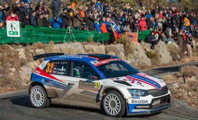 Νίκη για το SKODA Fabia R5 στο Ράλλυ Μόντε Κάρλο στη WRC 2 • Το SKODA Fabia R5 στην πρώτη θέση της WRC 2 και 10η γενικής στο Ράλλυ Μόντε Κάρλο, με πλήρωμα τους Γιαν Κοπέτσκυ / Πάβελ Ντρέσλερ • Ο 17χρονος Κάλε Ροβάνπερα με το δεύτερο Fabia R5, στον μόλις πρώτο του αγώνα στο WRC, τερμάτισε μία θέση πιο πίσω, στην 11η γενικής • Αψεγάδιαστος και απροβλημάτιστος αγώνας για τα SKODA Fabia R5, που τερμάτισαν με μεγάλη χρονική διαφορά από τους ανταγωνιστές τους Εξαιρετικό απότέλεσμα για τη SKODA Motorsport στο Ράλλυ Μόντε Κάρλο, πρώτο αγώνα του φετινού Παγκόσμιου Πρωταθλήματος Ράλλυ, που ολοκληρώθηκε την Κυριακή το απόγευμα. Ένα SKODA Fabia R5, με πλήρωμα τους Γιαν Κοπέτσκυ / Πάβελ Ντρέσλερ (Jan Kopecký / Pavel Dresler) πήρε τη νίκη στη WRC 2, τερματίζοντας στη 10η θέση γενικής ενώ το δεύτερο Fabia R5, με πλήρωμα τους Κάλε Ροβάνπερα / Γιόννε Χάλτουνεν (Kalle Rovanperä / Jonne Halttunen) τερμάτισε μία θέση πιο πίσω. Ο Γιαν Κοπέτσκυ, ανήμερα των γενεθλίων του, δεν μπορούσε να κάνει καλύτερο δώρο στον εαυτό του. Με άψογη οδήγηση, βρέθηκε στην πρώτη θέση της WRC 2 μετά και την 4η ειδική και παρέμεινε εκεί μέχρι το τέλος, παρά τις ιδιαίτερα δύσκολες και απρόβλεπτες καιρικές συνθήκες. Βροχή, λάσπη, χιόνι, πάγος, χώμα και χαλίκι στην άσφαλτο, το εφετινό Ράλλυ Μόντε Κάρλο στάθηκε αντάξιο της φήμης του. Μάλιστα, ήταν τέτοιος ο ρυθμός του πληρώματος αλλά και η αξιοπιστία της Fabia R5, που το επόμενο αυτοκίνητο στη WRC 2 τερμάτισε σχεδόν 15΄ πιο πίσω! Παράλληλα, οι Κοπέτσκυ / Ντρέσλερ πήραν τη νίκη και στη RC2 κατηγορία, αυτή τη φορά μπροστά από τους Ροβάνπερα / Χάλτουνεν, το άλλο πλήρωμα της SKODA Motorsport, που δεν είχε δηλωθεί στην WRC 2. Ο 17χρονος Φινλανδός, ο νεαρότερος στο φετινό αγώνα, στην πρώτη του παρουσία σε αγώνα του WRC οδήγησε πολύ ώριμα, δίνοντας ελπιδοφόρα διαπιστευτήρια για το μέλλον. Να σημειωθεί ότι το τρίτο πλήρωμα της εργοστασιακής ομάδας, οι Νορβηγοί Όλε Κρίστιαν Βέιμπι / Στιγκ Ρούνε Σκιάρμοεν (Ole Christian Veiby / Stig Rune Skjærmoen) δεν κατάφεραν να ολοκληρ