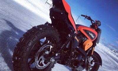 Επέλαση στον πάγο για την Harley-Davidson®, στο SnowQuake! • 8 Harley-Davidson® Street Rod 750 θα βρεθούν στην παγωμένη πίστα Ice Rosa Rink της Ιταλίας στις 17 Ιανουαρίου • Η μετατροπή από Flat Trace σε Ice Track περιλαμβάνει σκληρά ελαστικά με καρφιά • 15 εκπρόσωποι του διεθνούς τύπου θα οδηγήσουν μαζί με τον πρώην αστέρα των WSB και MotoGP Ruben Xaus • Η North One Television θα βιντεοσκοπήσει όλο το γεγονός και θα του αφιερώσει μια ειδική εκπομπή Μετά από την περσινή φανταστική εναρκτήρια εκδήλωση Harley-Davidson® Hooligan STT International Invitational Flat Track race στο European Bike Week του Faaker See της Αυστρίας, η ομάδα των ειδικά τροποποιημένων Harley-Davidson Street Rod™ 750 μεταφέρεται από την οβάλ χωμάτινη πίστα στο χιόνι! Δεκαπέντε εκπρόσωποι του διεθνούς τύπου απ' όλο τον κόσμο μαζί με τον πρώην αστέρα των WSB και MotoGP Ruben Xaus, θα οδηγήσουν και θα αγωνιστούν στο SnowQuake που θα διεξαχθεί στην πίστα Ice Rosa Rink, Riva Valdobbia, η οποία βρίσκεται 2 ώρες βόρεια του Μιλάνου. Η εκδήλωση διοργανώνεται από την H-D και θα πραγματοποιηθεί στις 17 Ιανουαρίου. Το γεγονός θα κορυφωθεί με βραδινό πάρτι στο Café Deus που βρίσκεται στο κέντρο του Μιλάνου. Τα 8 εκπληκτικά Street Rod 750 Flat Track έχουν τροποποιηθεί από την IDP Moto και για την μετατροπή τους σε Ice Track έχουν χρησιμοποιηθεί ελαστικά 500-stud Continental TCK80, ειδικά φτερά μπροστά και πίσω, αλυσίδα και γρανάζια. Έγιναν επίσης πολλές προσαρμογές, στις οποίες περιλαμβάνεται διακόπτης παύσης λειτουργίας του κινητήρα. Η μετατροπή των Street Rod 750 σε Ice Track έχει ελεγχθεί από τον ίδιο τον Xaus στην Ανδόρρα, ο οποίος έδωσε την τελική έγκριση για να αγωνιστούν οι μοτοσικλέτες. Η εταιρία τηλεοπτικών παραγωγών North One Television θα καλύψει όλη την εκδήλωση και θα δημιουργήσει μια ειδικά αφιερωμένη εκπομπή, η οποία θα προβληθεί στις 7 Φεβρουαρίου στο κανάλι ITV4. Ο Steve Lambert, Director of Marketing Operations της Harley-Davidson International είναι ενθουσιασμένος με την εκδήλωση και ανυπομο