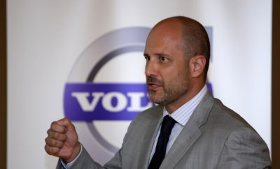 Η Volvo Car Hellas ανακοινώνει ότι ο κ. Ιωάννης Πετούλης αποφάσισε να αποχωρήσει από τη θέση του Διευθύνοντος Συμβούλου της εταιρείας, με άμεση ισχύ από 19 Ιανουαρίου 2018. Η Volvo Car Hellas ευχαριστεί τον κ. Πετούλη για την προσφορά του τα τελευταία 9 χρόνια και του εύχεται κάθε επιτυχία στις επόμενες επαγγελματικές του αναζητήσεις. Ο νέος Διευθύνων Σύμβουλος θα ανακοινωθεί εν ευθέτω χρόνω, με σχετικό δελτίο Τύπου. Στο ενδιάμεσο διάστημα, καθήκοντα Διευθύνουσας Συμβούλου και νομικής εκπροσώπου της Volvo Car Hellas θα εκτελεί η κα Όζγκε Καρβούνη, παράλληλα με τα υφιστάμενα καθήκοντά της ως Οικονομική Διευθύντρια της εταιρείας.