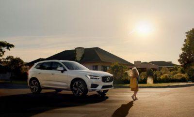 """Το Volvo XC60 ασφαλέστερο αυτοκίνητο του 2017 στις δοκιμές του Euro ΝCAP Το Volvo XC60 βραβεύτηκε ως το καλύτερο μεγάλο SUV, αλλά και το καλύτερο αυτοκίνητο της συνολικής κατάταξης για το 2017, κατακτώντας το βραβείο ασφάλειας στον υψηλού κύρους θεσμό Best in Class του Euro ΝCAP για το 2017. Το XC60 βαθμολογήθηκε με το σχεδόν «άριστα» 98% στην κατηγορία Ενήλικων Επιβατών και στην κλάση των Μεγάλων SUV οχημάτων, επιδεικνύοντας ένα ξεκάθαρο πλεονέκτημα στην κατηγορία Safety Assist (που αφορά συστήματα υποβοήθησης κατά την οδήγηση) με βαθμολογία 95% - κατά 20 ποσοστιαίους βαθμούς υψηλότερη από τον επόμενο ανταγωνιστή στα Μεγάλα SUV. Τα αποτελέσματα υπογραμμίζουν την ηγετική θέση της Volvo στον τομέα της οδικής ασφάλειας. """"Το νέο XC60 είναι ένα από τα ασφαλέστερα αυτοκίνητα που έφτιαξε ποτέ η Volvo"""", δήλωσε η Μαλίν Έκχολμ (Malin Ekholm), Αντιπρόεδρος του Volvo Cars Safety Centre. """"Είναι πλήρως εξοπλισμένο με νέες τεχνολογίες που σχεδιάστηκαν για την υποστήριξη του οδηγού, την προστασία των επιβατών του αυτοκινήτου και των άλλων χρηστών του δρόμου, όπως οι πεζοί και οι ποδηλάτες, ενώ παράλληλα μετριάζουν την πιθανότητα συγκρούσεων. Είμαστε περήφανοι που η πάγια δέσμευσή μας να καινοτομούμε προσφέροντας νέα συστήματα ασφαλείας αναγνωρίζεται από το Euro ΝCAP με ακόμη ένα βραβείο Best in Class για τη Volvo Cars."""" Volvo XC60: το ασφαλέστερο αυτοκίνητο στον κόσμο, χάρη σε ένα μοναδικό τεχνολογικό οπλοστάσιο Η κατάκτηση της κορυφής στις αυστηρότατες δοκιμές του Euro ΝCAP, με σαφές μάλιστα προβάδισμα απέναντι στον πλέον σύγχρονο ανταγωνισμό, αλλά και το πλήθος των μοναδικών καινοτόμων τεχνολογιών, με τις οποίες είναι εξοπλισμένο, αποδεικνύουν έμπρακτα ότι το Volvo XC60 είναι σήμερα το πιο ασφαλές αυτοκίνητο στον πλανήτη. Τα πρωτοποριακά συστήματα ενεργητικής ασφαλείας του Volvo XC60 συνδυάζονται αρμονικά μεταξύ τους, αλληλοσυμπληρώνονται και συνθέτουν μια τεχνολογική θωράκιση, που ονομάζεται IntelliSafe και προστατεύει τους επιβάτες του XC60 ακόμη και σε συνθήκες που μέχρι σήμε"""