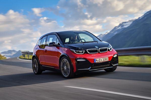 Το BMW i3 είναι ένα πρωτοποριακό μοντέλο σε μία νέα εποχή στο χώρο της μετακίνησης. Σαν παγκοσμίως αναγνωρισμένο σύμβολο οδηγικής απόλαυσης, βιωσιμότητας και ευφυούς συνδεσιμότητας για μετακινήσεις στην πόλη, έχει γίνει το δημοφιλέστερο ηλεκτρικό αυτοκίνητο στην premium compact κατηγορία. Η συνταγή επιτυχίας του BMW i3 βελτιώνεται τώρα με ανανεωτικές, στιλιστικές πινελιές, προηγμένα στοιχεία εξοπλισμού και νέες ψηφιακές υπηρεσίες, αλλά και με την προσθήκη μιας νέας έκδοσης. Ντεμπούτο δίπλα στη νέα έκδοση του πρώτου premium μοντέλου που σχεδιάστηκε εξ αρχής ως ηλεκτροκίνητο κάνει το BMW i3s. Με υψηλότερη ισχύ, ειδική τεχνολογία πλαισίου, πιο δυναμική συμπεριφορά και δικά του σχεδιαστικά χαρακτηριστικά, παράγει ένα δυνατό κοκτέιλ απαράμιλλης, σπορ οδηγικής απόλαυσης που σχετίζεται με τα ηλεκτρικά μοντέλα του BMW Group. Προσφέροντας μία ανώτερη εμπειρία ηλεκτροκίνησης με μηδενικούς ρύπους, σε συνδυασμό με ένα νέο επίπεδο τεχνολογίας συνδεσιμότητας, και τα δύο μοντέλα αντιπροσωπεύουν το μέλλον της αστικής μετακίνησης. Το BMW i3 ηγείται της κατηγορίας premium ηλεκτρικών οχημάτων από το 2014, όχι μόνο στην Ευρώπη, αλλά και σε όλο τον κόσμο. Στη Γερμανία, κατέχει την πρώτη θέση στις ταξινομήσεις νέων οχημάτων στην κατηγορία ηλεκτρικών μοντέλων συνολικά από το 2014. Όμως, δεν είναι μόνο τα οραματικά, ηλεκτρικά οχήματα και η εμπνευσμένη σχεδίαση που κάνουν την BMW i δημοφιλή αλλά και οι καινοτόμες λύσεις μετακίνησης και η επαναστατική, νέα εκδοχή της έννοιας premium, με πρωταρχικό στοιχείο τη βιωσιμότητα. Προσφέροντας τέτοια προϊόντα και υιοθετώντας μία ολοκληρωμένη μέθοδο που λαμβάνει υπόψη όλο τον κύκλο ζωής – από την παραγωγή πρώτων υλών μέχρι την κατασκευή και λειτουργία των οχημάτων και στη συνέχεια την ανακύκλωση – η μάρκα BMW i έχει καθιερωθεί ως πρωτοπόρος στον τομέα της προηγμένης μετακίνησης. Ηλεκτροκινητήρας BMW eDrive σε δύο εκδόσεις ισχύος, μπαταρία υψηλής τάσης με μεγάλη χωρητικότητα 94 Ah/33 kWh, προαιρετικός κινητήρας επέκτασης αυτονομίας. Η οδηγική εμπειρία 
