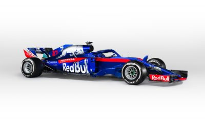 H Red Bull Toro Rosso Honda αποκάλυψε την STR13 Η Honda και ο νέος της συνεργάτης, Scuderia Toro Rosso, αποκάλυψαν σήμερα στο Catalunya Circuit της Βαρκελώνης το νέο τους μονοθέσιο F1, την STR13 που φορά τον κινητήρα της Honda RA618H. Μετά την παρουσίαση του νέου μονοθέσιου που θα οδηγήσουν οι Pierre Gasly και Brendon Hartley στο φετινό Παγκόσμιο Πρωτάθλημα Formula 1 της FIA, η Red Bull Toro Rosso Honda μαζί με τις άλλες εννέα ομάδες F1 έχουν στη διάθεσή τους οκτώ ημέρες δοκιμών στην πίστα της Καταλονίας, ενόψει της νέας αγωνιστικής σεζόν που ξεκινά με το Grand Prix της Αυστραλίας, στις 25 Μαρτίου στη Μελβούρνη. Franz Tost, επικεφαλής Ομάδας Scuderia Toro Rosso «Ανυπομονώ πραγματικά να ξεκινήσει η νέα σεζόν που σηματοδοτεί μία νέα εποχή για την ομάδα, χάρη στη συνεργασία με τη Honda. Είναι μία συναρπαστική στιγμή για την Toro Rosso γιατί δεν είχαμε το δικό μας προμηθευτή κινητήρων μέχρι τώρα, οπότε η συνεργασία με έναν κατασκευαστή με την ιστορία της Honda είναι μεγάλη υπόθεση. Επίσης, έχουμε δύο επιτυχημένους νέους οδηγούς για τη φετινή χρονιά. Δεν είναι εντελώς άπειροι από τη F1, αφού και τόσο ο Pierre όσο και ο Brendon συμμετείχαν σε μερικούς αγώνες για λογαριασμό μας πέρσι, όμως αυτή θα είναι η πρώτη ολοκληρωμένη σεζόν στη Formula 1 και για τους δύο». «Και οι δύο οδηγοί ήρθαν σ' εμάς ως πρωταθλητές, με τον Pierre να έχει κατακτήσει τον τίτλο της GP2 (τώρα F2) τo 2016 και τον Brendon να έχει αναδειχτεί δύο φορές Πρωταθλητής του WEC και νικητής στις 24 Ώρες του Le Mans. Είμαι πεπεισμένος ότι αν τους διαθέσουμε ένα ανταγωνιστικό αυτοκίνητο, θα μπορέσουν να κινηθούν σε πολύ υψηλό επίπεδο. Έχουμε δουλέψει πολύ σκληρά πάνω στην STR13 και είμαι ευτυχής που δε χρειάζεται να περιμένουμε άλλο για να τη δούμε στην πίστα. Η σεζόν έχει ξεκινήσει. Gambarimasu!» (Σημ: «θα τα δώσουμε όλα» στα ιαπωνικά) Katsuhide Moriyama, Υπεύθυνος Επικοινωνίας της Μάρκας Honda Motor Co., Ltd. «Είμαι χαρούμενος που το νέο μας μονοθέσιο είναι εδώ και έτοιμο για τις χειμερινές δοκιμές, καθώς σχεδ