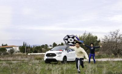 Αποκριάτικη απόδραση με το νέο Ford Ecosport. • Ο σύγχρονος τρόπος ζωής μας απομακρύνει από τις αγαπημένες μας ασχολίες και την επαφή με τα αγαπημένα μας πρόσωπα • Αυτές τις Απόκριες σχεδιάστε το δικό σας ταξίδι στις Ελληνικές παραδόσεις • Το νέο Ford EcoSport αποτελεί τον ιδανικό σύντροφο για να πραγματοποιήσετε την τέλεια απόδραση από τη βουή της μεγαλούπολης • Νιώστε ξανά παιδιά φτιάχνοντας τον δικό σας χαρταετό και πετάξτε τον ψηλά Η σύγχρονη καθημερινότητα συχνά μας απομονώνει από τις μικρές, αλλά σημαντικές χαρές της ζωής και την «πραγματική» επικοινωνία με τα αγαπημένα μας πρόσωπα. Παρά τα έξυπνα τηλέφωνα, τους ηλεκτρονικούς υπολογιστές, τα Social Media, μπορούμε να τους μιλήσουμε και να τους «δούμε», όσο μακριά και αν βρίσκονται, αλλά στην πραγματικότητα δεν είμαστε κοντά τους. Το τριήμερο της Αποκριάς αποτελεί μία εξαιρετική ευκαιρία για να ξεφύγουμε από την πολύβουη πόλη και τη ρουτίνα του γραφείου και να βρεθούμε πραγματικά δίπλα στους δικούς μας ανθρώπους και μάλιστα να απολαύσουμε την Ελληνική ύπαιθρο. Με το νέο Ford Ecosport η απόδραση από την πολύβουη πόλη είναι μια απλή απόφαση, όλα τα άλλα αφήστε τα πάνω του. Άλλωστε, η Καθαρά Δευτέρα προσφέρεται για ένα ταξίδι στις Ελληνικές παραδόσεις, όπως το πέταγμα του χαρταετού, που σίγουρα ήταν από τις αγαπημένες «παιδικές» ασχολίες όλων μας. Κάποιοι μάλιστα, φτιάχναμε μόνοι το χαρταετό μας. Το μοναδικό μας άγχος, ήταν να φτιαχτεί σωστά για να πετάξει. Γυρνούσαμε από το σχολείο, παρατούσαμε τη τσάντα με τα τετράδια και τα βιβλία και ξεχυνόμαστε στις γειτονιές με τους φίλους μας για να βρούμε τα υλικά, που θα πετούσαν ψηλά την πιο ωραία παιδική κατασκευή. Οι κόλλες, τα σκουλαρίκια, τα καλάμια, ο σπάγκος και πάνω από όλα τα ζύγια – όλα έπρεπε να γίνουν σωστά. Παρ όλα αυτά, η κατασκευή του δεν ήταν δύσκολη. Εξάλλου, πάντοτε γινόταν υπό την επιτήρηση και τις οδηγίες των πρεσβυτέρων της οικογένειας, και για τους πιο τυχερούς, μαζί με μπόλικο σπιτικό γαλακτομπούρεκο – το παραδοσιακό γλυκό της Αποκριάς. Φυσικά, η δι