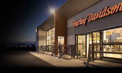 Η Harley-Davidson® αναζητά νέους αντιπροσώπους στην Ελλάδα Η Harley-Davidson®, στο πλαίσιο της στρατηγικής της για περαιτέρω επέκταση στις αγορές που δραστηριοποιείται, αναζητά νέους αντιπροσώπους στην Ελλάδα προκειμένου να διευρύνει το δίκτυο της και να ενισχύσει την παρουσία της στην Ελληνική αγορά. Οι μεταπωλητές της μάρκας είναι οι πρεσβευτές του εμπορικού σήματος και οι θεματοφύλακες της μοναδικής κουλτούρας της Harley-Davidson®, οι οποίοι συμβάλλουν στη δημιουργία εμπειριών, αναμνήσεων και δεσμών που κρατάνε μια ζωή. Ο ρόλος τους, για την μάρκα είναι εξαιρετικά σημαντικός, αφού αποτελούν τη γέφυρα επικοινωνίας με τους λάτρεις της μοτοσυκλέτας και συμβάλλουν στην υλοποίηση του στόχου της Harley-Davidson®, που δεν είναι άλλος από την εκπλήρωση του ονείρου της προσωπικής ελευθερίας. Επιπρόσθετα, το να είσαι ιδιοκτήτης και διαχειριστής ενός εμπορικού καταστήματος της Harley-Davidson® αποτελεί αναμφίβολα μοναδική επιχειρηματική ευκαιρία. Αναλυτικές πληροφορίες για τη διαδικασία εκδήλωσης ενδιαφέροντος είναι διαθέσιμες εδώ ενώ υπάρχει διαθέσιμη και ελληνική σελίδα με τη διαδικασία για να γίνει κάποιος αντιπρόσωπος. Για περισσότερες πληροφορίες μπορείτε να επικοινωνήσετε απευθείας με την εταιρεία με e-mail (ddsee@harley-davidson.com) ή τηλεφωνικώς στο (+30) 210 6109089.