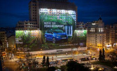 """Η τεράστια γιγαντοαφίσα του νέου Ford EcoSport στη Μαδρίτη (Ισπανία), είναι η μεγαλύτερη στον κόσμο Η Ford είναι επίσημος κάτοχος τίτλου GUINNESS WORLD RECORDS για τη Μεγαλύτερη γιγαντοαφίσα παγκοσμίως μετά την αποκάλυψη μιας διαφήμισης εμβαδού 5.265 m2 – που αντιστοιχεί σε 20 γήπεδα του τένις – για το νέο SUV Ford EcoSport στο εμβληματικό Espana Building στην καρδιά της Μαδρίτης, στην Ισπανία. Ένας επίσημος κριτής των ΠΑΓΚΟΣΜΙΩΝ ΒΡΑΒΕΙΩΝ ΓΚΙΝΕΣ επιθεώρησε την εγκατάσταση βάρους 2.000 kg και επιβεβαίωσε ότι πρόκειται για την Μεγαλύτερη γιγαντοαφίσα στο θεσμό GUINNESS WORLD RECORDS – καταρρίπτοντας το προηγούμενο ρεκόρ που είχε καταγραφεί στο Dhahran, στη Σαουδική Αραβία, κατά 241.93 m2. «Η κατάκτηση ενός Ρεκόρ Γκίνες για τη Μεγαλύτερη γιγαντοαφίσα αποδεικνύει την δημιουργικότητα που διέπει την εταιρία μας» δήλωσε η Elena Burguete, διευθύντρια Marketing, Ford Ισπανίας. «Το Μήνυμα της Ford είναι 'Go Further', και αυτό στοχεύσαμε με τη νέα μας καμπάνια για το λανσάρισμα του νέου EcoSport. Είναι ένας θαυμάσιος τρόπος για να μεταδώσουμε το μήνυμα """"Η Ζωή είναι έξω, εσύ;"""" σε όσο το δυνατόν περισσότερους ανθρώπους, ακριβώς στην καρδιά της Μαδρίτης.» Η γιγαντοαφίσα θα παραμείνει εκεί μέχρι τα τέλη Φεβρουαρίου, και στη συνέχεια θα δοθεί ως δωρεά στο Apascovi Foundation, κέντρο απασχόλησης για άτομα με αναπηρία, όπου όλα τα υλικά πο υ χρησιμοποιήθηκαν θα έχουν μία δεύτερη ζωή. Σχεδιασμένο για τη ζωή εντός και εκτός πόλης, το κομψό, νέο Ford EcoSport πωλείται τώρα σ όλη την Ευρώπη και για πρώτη φορά προσφέρεται σε σπορ έκδοση EcoSport ST-Line, εμπνευσμένη από την Ford Performance. Επίσης, διατίθεται το σύστημα Ford Intelligent All Wheel Drive μαζί με τεχνολογίες υποστήριξης οδηγού, όπως σύστημα συνδεσιμότητας SYNC 3 και κάμερα οπισθοπορείας. Σχετικά με τα Παγκόσμια Ρεκόρ Γκίνες Τα Παγκόσμια Ρεκόρ Γκίνες - GUINNESS WORLD RECORDS (GWR) είναι ένας παγκόσμιος θεσμός κατάρριψης ρεκόρ. Το ετήσιο, θρυλικό βιβλίο Guinness World Records που κυκλοφόρησε για πρώτη φορά το 1955, έχει πουλή"""