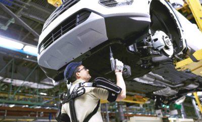 Άνθρωποι και Μηχανές Γίνονται Ένα – Εργοστάσιο της Ford Γίνεται το Πρώτο στον Κόσμο που Ενσωματώνει Στολές 'Iron Man' στη Γραμμή Συναρμολόγησης Αυτοκινήτων • Η Ford είναι η πρώτη αυτοκινητοβιομηχανία που 'ντύνει' τους εργαζόμενους στη γραμμή συναρμολόγησης με εξωσκελετικές στολές • Οι στολές επιτρέπουν στους εργαζόμενους να σηκώνουν και να χειρίζονται βαριά εξαρτήματα • Οι μυοσκελετικές διαταραχές αποτελούν πάνω από τις μισές παθήσεις λόγω εργασίας στην Ευρώπη • 100 εργαζόμενοι χρησιμοποιούν τέτοιες στολές στο εργοστάσιο της Ford στη Βαλένθια της Ισπανίας Τα εξωσκελετικά κοστούμια χαρίζουν στους χρήστες τη δύναμη να σηκώνουν και να διαχειρίζονται ευκολότερα βαριά αντικείμενα. Τώρα, για πρώτη φορά έχουν ενσωματωθεί σε γραμμή παραγωγής αυτοκινήτων. Τα φουτουριστικά κοστούμια ίσως θυμίζουν τη μεταμόρφωση του Tony Stark στον υπερήρωα Iron Man – αλλά στην πραγματικότητα, υποστηρίζουν τους ώμους και την πλάτη του χρήστη, μεταφέροντας το βάρος στους γοφούς, μειώνοντας έτσι τις πιθανότητες τραυματισμών στο χώρο εργασίας. «Το να εργάζεσαι στη γραμμή παραγωγής αυτοκινήτων απαιτεί γνώσεις και ικανότητες, ενώ αρκετές φορές δοκιμάζεται και η σωματική αντοχή σου. Τα εξωσκελετικά κοστούμια μπορεί να μοιάζουν βγαλμένα από ταινία επιστημονικής φαντασίας, αλλά μπορούν να μειώσουν την καταπόνηση των εργαζομένων μας και να κάνουν ευκολότερες τις εργασίες που απαιτούν σωματική δύναμη,» δήλωσε ο Dale Wishnousky, αντιπρόεδρος Παραγωγής, της Ford Ευρώπης. Μέχρι το 2020, το 25% των Ευρωπαίων θα είναι ηλικίας πάνω από 60 ετών και εκτιμάται ότι μεγαλύτερης ηλικίας εργαζόμενοι και άτομα με κινητικά προβλήματα ή μυοσκελετικές διαταραχές θα είναι ανάμεσα σε αυτούς που θα ωφεληθούν από τη χρήση εξωσκελετών. Σε όλη την Ευρώπη, οι μυοσκελετικές διαταραχές αντιπροσωπεύουν το 61% όλων των παθήσεων που σχετίζονται με την εργασία, ενώ στη Γερμανία συμβάλλουν σε μία μείωση κατά 16δις Ευρώ του καθαρού εθνικού προϊόντος της χώρας. Ενώ οι εξωσκελετοί έχουν δοκιμαστεί σε άλλα εργοστάσια αυτοκινήτων, η εφαρμ