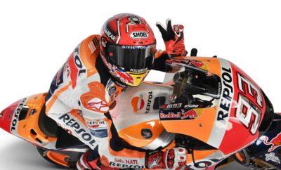 Marc Marquez για δύο χρόνια H Honda Racing Corporation (HRC) με ιδιαίτερη ικανοποίηση ανακοινώνει την επέκταση του συμβολαίου της με τον 25χρονο Ισπανό αναβάτη Marc Marquez, ο οποίος συμμετέχει στο Παγκόσμιο Πρωτάθλημα FIM MotoGP με την εργοστασιακή ομάδα της HRC, Repsol Honda Team. Ο Marquez θα συνεχίσει με τα χρώματα της ομάδας για δύο ακόμη χρόνια, αρχής γενομένης από το 2019. Μετά την κατάκτηση του τίτλου στα 125 κ.εκ. το 2010, ο Marquez μεταπήδησε στη Moto2 το 2011 για να διεκδικήσει κι εκεί τον τίτλο το 2012. Το 2013, στο ντεμπούτο του στη μεγάλη κατηγορία, ο Ισπανός έγινε ο νεότερος Παγκόσμιος Πρωταθλητής κατακτώντας τον τίτλο με τα χρώματα της Repsol Honda Team. Το 2017, ο Marquez έγινε μάλιστα ο νεότερος αναβάτης στην ιστορία που έχει κερδίσει τέσσερις παγκόσμιους τίτλους στη μεγάλη κατηγορία. Marc Marquez 93 «Είμαι ενθουσιασμένος που θα συνεχίσω με την εργοστασιακή ομάδα της Honda στα MotoGP. Νιώθω περήφανος που είμαι μέλος της οικογένειας της Honda και εκτιμώ ιδιαίτερα το γεγονός ότι τόσο η Honda, όσο και η ομάδα κάνουν τα πάντα για να μου δώσουν όσα χρειάζομαι. Θα ήθελα επίσης να ευχαριστήσω όλους όσους με έχουν υποστηρίξει θερμά όλα αυτά τα χρόνια. Οι δύο πρώτες επίσημες δοκιμές πήγαν καλά και από τη στιγμή που έχω ανανεώσει το συμβόλαιό μου, μπορώ πλέον να συγκεντρωθώ στους αγώνες της νέας σεζόν. Θα συνεχίσω να απολαμβάνω τους αγώνες, να μοιράζομαι τη χαρά μου αυτή με όλους και να δίνω τον καλύτερό μου εαυτό για να πετυχαίνω τους κοινούς μας στόχους. Σας ευχαριστώ!» Yoshishige Nomura Πρόεδρος HRC «Είμαι πολύ ευχαριστημένος που ο Marc Marquez θα συνεχίσει να οδηγεί για την εργοστασιακή μας ομάδα. Ο Marquez πάντα πίεζε τον εαυτό του στο όριο και ωρίμασε σαν αναβάτης, χαρίζοντας στη Honda πολλούς τίτλους. Είμαστε σε θέση να ανακοινώσουμε την ανανέωση του συμβολαίου μας τόσο νωρίς, χάρη στην αμοιβαία εμπιστοσύνη και στο κοινό μας πάθος για τους αγώνες. Είμαι σίγουρος ότι μπορούμε να του εξασφαλίσουμε το κατάλληλο περιβάλλον ώστε να συγκεντρωθεί στις τελευτ