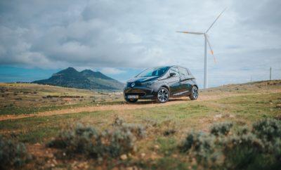 Το Groupe Renault δημιουργεί το πρώτο «έξυπνο» νησί στον κόσμο Η Renault, κατέχοντας για σειρά ετών την 1η θέση σε πωλήσεις ηλεκτρικών αυτοκινήτων στην Ευρώπη, πρωτοπορεί για ακόμα μία φορά δημιουργώντας στο Porto Santo της Πορτογαλίας το πρώτο «έξυπνο» νησί. Η Renault, σε συνεργασία με την ΕΕΜ (Empresa de Electricidade da Madeira) η οποία παράγει και διανέμει ηλεκτρική ενέργεια στα δύο νησιά (Madeira και Porto Santo) του Αρχιπέλαγους Μαδέιρα της Πορτογαλίας, ανακοίνωσαν τη δημιουργία ενός έξυπνου ηλεκτρικού οικοσυστήματος στο νησί Porto Santo. Η κυβέρνηση της αυτόνομης επαρχίας της Μαδέιρα ξεκινά ένα νέο πρόγραμμα το οποίο θα αλλάξει τον ενεργειακό χάρτη του νησιού και σε αυτό το πλαίσιο το Groupe Renault δέχθηκε την πρόσκληση να αναλάβει τα ζητήματα που αφορούν στα μέσα μεταφοράς. Το πρώτο «έξυπνο» νησί στον κόσμο θα χρησιμοποιεί ηλεκτρικά οχήματα, έξυπνους τρόπους φόρτισης, συστήματα V2G*, αλλά και χρησιμοποιημένες μπαταρίες με στόχο να ενισχυθεί η ενεργειακή ανεξαρτησία του νησιού μέσω ανανεώσιμων πηγών ενέργειας. Για το σχεδιασμό αυτό του πρωτοποριακού οικοσυστήματος, η συμβολή του Groupe Renault αφορά τόσο στα ηλεκτρικά οχήματα στα οποία κατέχει ηγετική θέση, όσο και σε γενικότερες τεχνολογικές λύσεις. Το πρόγραμμα αποτελείται από 3 φάσεις. Στην πρώτη φάση 20 εθελοντές θα οδηγούν σε καθημερινή βάση 14 Renault ZOE και 6 Renault Kangoo Z.E. τα οποία θα μπορούν να φορτίζουν στους 40 σταθμούς φόρτισης που υπάρχουν στο νησί. Στη δεύτερη φάση, που θα ολοκληρωθεί μέχρι το τέλος του 2018, τα ηλεκτρικά οχήματα θα μπορούν να συνδεθούν στο κύκλωμα παρέχοντας ενέργεια σε κτήρια τις ώρες αιχμής. Παράλληλα τα οχήματα θα χρησιμοποιούνται και ως προσωρινά μέσα αποθήκευσης ενέργειας. Στην τρίτη φάση χρησιμοποιημένες μπαταρίες από οχήματα της Renault θα χρησιμοποιούνται για την αποθήκευση του πλεονάσματος ενέργειας που θα παράγουν οι ανανεώσιμες πηγές ενέργειας στο Porto Santo (ηλιακή και αιολική ενέργεια). Αυτό το πλεόνασμα θα δίνεται στο κύκλωμα όταν υπάρχει η σχετική ζήτηση.