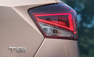 Κάτω Κηφισιά, 14 Φεβρουαρίου 2018 Νέο Ibiza TGI, η καλύτερη εναλλακτική οικολογική λύση / H SEAT ενισχύει τη δέσμευση της για τη προστασία του περιβάλλοντος με το Ibiza TGI, ένα αυτοκίνητο απόλυτα φιλικό προς το περιβάλλον / CNG, η βιώσιμη εναλλακτική λύση για την κάλυψη του κενού μεταξύ των κινητήρων εσωτερικής καύσης και των ηλεκτρικών / Η οδήγηση με CNG συμβάλλει στη μείωση των εκπομπών CO2 κατά 25% / Στα τέλη της χρονιάς στη γκάμα SEAT CNG θα προστεθεί και το νέο Arona TGI Το καλύτερο SEAT Ibiza στην ιστορία είναι πλέον και το πιο φιλικό προς το περιβάλλον, με την ενσωμάτωση της τεχνολογίας Compressed Natural Gas στην 5η γενιά του bestseller μοντέλου της ισπανικής αυτοκινητοβιομηχανίας. Το νέο Ibiza TGI είναι πιο οικονομικό στην οδήγηση και πιο φιλικό προς το περιβάλλον από τα μοντέλα που τροφοδοτούνται με diesel ή βενζίνη, καθώς και πολλά non-plug-in υβριδικά. Το νέο μοντέλο, το τρίτο που χρησιμοποιεί CNG μετά το Leon και το Mii, κατασκευάζεται στο Martorell χρησιμοποιώντας τη πλατφόρμα MQB A0. Η SEAT ενισχύει τη τεχνολογία CNG, καθώς συμβάλλει σημαντικά στη μείωση των εκπομπών CO2: εκπέμπει κατά 85% λιγότερες εκπομπές οξειδίων του αζώτου σε σύγκριση με τους κινητήρες ντίζελ, ενώ μειώνει τις εκπομπές CO2 κατά 25%, συμβάλλοντας έτσι στη βελτίωση της ποιότητας του αέρα στις πόλεις. Τα αυτοκίνητα που τροφοδοτούνται με συμπιεσμένο φυσικό αέριο αποτελούν μία βιώσιμη εναλλακτική λύση για τη κάλυψη του κενού μεταξύ των «παραδοσιακών» και των ηλεκτρικών κινητήρων, και αντιπροσωπεύουν τη στρατηγική βάση για την αύξηση της φιλικότητας προς το περιβάλλον ενώ παράλληλα αποτελούν ελκυστική εμπορική πρόταση για τους πελάτες. Το λειτουργικό κόστος ανά χιλιόμετρο είναι πράγματι ιδιαίτερα χαμηλό, επειδή το φυσικό αέριο είναι πιο αποδοτικό από τα άλλα καύσιμα καθώς απαιτεί μικρότερη ποσότητα καυσίμου για την παραγωγή της ίδιας ενέργειας και επιπλέον το γέμισμα κοστίζει μόνο 13 ευρώ. Το νέο SEAT Ibiza 1.0 TGI αποδίδει 90 ίππους και μέση πιστοποιημένη κατανάλωση καυσίμου 3,3 κιλά/