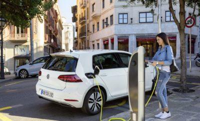 Volkswagen Golf: Ένα μοντέλο-μύθος! • Μία ολόκληρη δεκαετία στην κορυφή των πωλήσεων στην Ευρώπη • Πωλήσεις περισσότερων από ένα εκατομμύριο αυτοκίνητων σε μία χρονιά • Το μοναδικό μοντέλο στην αυτοκινητοβιομηχανία που διατίθεται με κάθε τεχνολογικά διαθέσιμο κινητήριο σύστημα: βενζίνης, πετρέλαιου, φυσικού αερίου, υβριδικό, ηλεκτρικό Αν υπάρχει ένα μοντέλο που να έχει σφραγίσει ανεξίτηλα με την παρουσία του τη σύγχρονη αυτοκινητοβιομηχανία, αυτό είναι σίγουρα το Volkswagen Golf. Η διαχρονική εμπορική του επιτυχία, η πλήρης γκάμα των διαφορετικών εκδόσεων με κάθε είδους κινητήριο σύστημα που έχει στη διάθεσή της η τεχνολογία σήμερα, η σχεδιαστική ευελιξία του μοντέλου ώστε να καλύπτει κάθε ανάγκη μετακίνησης σε όλα τα μήκη και πλάτη του πλανήτη, έχουν καταστήσει το Golf πολύ περισσότερο από απλά ένα επιτυχημένο μοντέλο. Του έχουν προσδώσει τα χαρακτηριστικά ενός «μύθου». Και το 2017 ήταν μία χρονιά που το Golf βρέθηκε στην κορυφή της ευρωπαϊκής αγοράς, κάτι που το γερμανικό μοντέλο επιτυγχάνει ανελλιπώς από το 2008! Την – για 10η συνεχόμενη χρονιά – πρώτη θέση στη Γηραιά Ήπειρο, εξασφάλισαν στο Golf οι πωλήσεις 483.105 αυτοκινήτων, μέσα στο 2017! Συνολικά, σε όλο τον κόσμο, η Volkswagen παρέδωσε σε πελάτες περισσότερα από ένα εκατομμύριο Golf τη χρονιά που πέρασε! Οι απόλυτοι αριθμοί, όμως, παρουσιάζουν μία μόνο όψη της σπουδαιότητας του Golf. Το δημοφιλές μοντέλο είναι το μοναδικό αυτοκίνητο στη σημερινή αυτοκινητοβιομηχανία που προσφέρεται σε τόσο ευρεία γκάμα κινητήριων συστημάτων. Το Golf είναι διαθέσιμο με: • Υπερτροφοδοτούμενο βενζινοκινητήρα TSI άμεσου ψεκασμού, από 1,0 έως 2,0 λίτρα, με δυνατότητα απενεργοποίησης κυλίνδρων ή/και πλήρους απενεργοποίησης του κινητήρα κατά το ρολλάρισμα και ισχύ από 85 έως 310 ίππους. • Υπερτροφοδοτούμενο πετρελαιοκινητήρα TDI άμεσου ψεκασμού, από 1,6 έως 2.0 λίτρα και ισχύ από 90 έως 184 ίππους και μικτή κατανάλωση από μόλις 4,1 λίτρα/100 χλμ. • Υπερτροφοδοτούμενο κινητήρα βενζίνης και φυσικού αερίου TGI, 1,4 λίτρου, με μικτή 