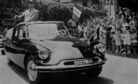 Στη δεκαετία του 1990, η Citroën κάνει το μεγάλο βήμα περνώντας πλέον στον 21ο αιώνα. Με το 2CV να αποσύρεται πλέον οριστικά από την παραγωγή στις 27 Ιουλίου 1990, η Citroën προχώρησε σε ανανέωση και επέκταση της γκάμας της, παρουσιάζοντας διαδοχικά νέα μοντέλα που το καθένα ξεχώρισε για την κομψότητα και την ζωντάνια του. Το πρώτο αυτοκίνητο της δεκαετίας ήταν το ZX που παρουσιάστηκε το Μάρτιο του 1991. Δύο χρόνια αργότερα τη σκυτάλη πήρε το κομψό Xantia και, στη συνέχεια, το 1994, ήταν η σειρά του MPV Evasion/Synergie. Το 1996 σηματοδοτείται από την άφιξη των Berlingo Multispace και Saxo, ενώ η Xsara έκανε το ντεμπούτο της το 1997. Η Xsara δεν διακρίθηκε μόνο εμπορικά αλλά και αγωνιστικά έχοντας στο ενεργητικό της μια σειρά από νίκες και θριαμβευτικές εμφανίσεις στο Παγκόσμιο Πρωτάθλημα Ράλι. Ξεχωριστή θέση στην σειρά της Xsara κατέχει και η έκδοση Xsara Picasso, ένα καινοτόμο μικρομεσαίο MPV, που παρουσιάστηκε το 1999.