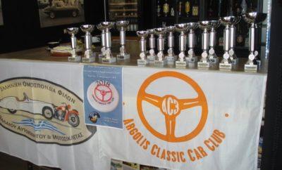Σε ζεστή, φιλική, ενωτική ατμόσφαιρα που ξέρει να δημιουργεί ο ΑC3, πραγματοποιήθηκε η κοπή της πρωτοχρονιάτικης πίτας και η απονομή επάθλων για τους νικητές και διακριθέντες Οδηγούς-Συνοδηγούς του επάθλου «Αrgolis Historic Trophy 2017» στο Café Racer , Κηφισιά, σε μια ιδιαίτερα τιμητική ημέρα για την λέσχη. Η τοποθεσία επιλέχθηκε για να βρεθούμε κοντά στους φίλους και τα μέλη μας από την Αττική οι οποίοι στηρίζουν τις εκδηλώσεις μας. Νικητές του «Αrgolis Historic Trophy 2017» είναι τα μέλη του AC3 Σπύρος Μουστάκας –Νικόλας Μουστάκας, οι οποίοι βραβεύτηκαν μαζί με τους ακόμα 16 διακριθέντες. O Σπύρος Μουστάκας καταχειροκροτήθηκε και δέχθηκε τα συγχαρητήρια όλων μας και για την επιτυχία του ως συνοδηγός του Γιώργου Δελαπόρτα κατά το πρόσφατο RALLYE MONTE CARLO HISTORIQUE 2018, για την οποία επιτυχία θα γίνει ειδική αναφορά. Ευχαριστούμε τους: εκπροσώπους της Ε.Ο. ΦΙΛ.Π.Α., ΦΙΛ.Π.Α, Μicrocars,Moto Guzzi Club,Triumph Club & Classic Mini Club, τους φίλους, τα μέλη της λέσχης, τους sporting αγωνιζόμενους – δημοσιογράφους κ. Στρατή Χατζηπαναγιώτου «Stratissino», κ. Ν. Τσάδαρη που μας τίμησαν και μας έδωσαν χαρά με την παρουσία τους και όλοι μαζί χειροκροτήσαμε τους βραβευθέντες, καθώς επίσης και το Café Racer για την φιλοξενία. Ευχαριστούμε όλους εσάς που μας εμψυχώνετε με ευμενή σχόλια, έτσι ώστε να συνεχίσουμε μαζί σας να κάνουμε το χόμπυ μας! Περάσαμε ένα ωραίο Κυριακάτικο πρωινό και το ευχαριστηθήκαμε! Και του χρόνου! Φωτο: Λυκούργος Ντουζέπης & AC3 http://www.ac3.gr/PhotoAlbum.php