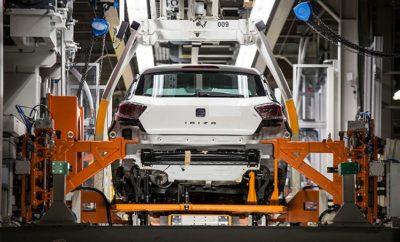 γενέθλια για το SEAT Martorell / H SEAT γιορτάζει την 25η επέτειο λειτουργίας του κύριου κέντρου παραγωγής της / Έχουν κατασκευαστεί εκεί περίπου 10 εκατομμύρια αυτοκίνητα από 39 διαφορετικά μοντέλα / Περισσότεροι από 12.000 εργαζόμενοι απασχολούνται στις εγκαταστάσεις Η SEAT έχει έναν ιδιαίτερο λόγο να γιορτάζει. Το εργοστάσιο της στο Martorell, η κινητήρια δύναμη πίσω από την εταιρεία, κλείνει αύριο 25 χρόνια λειτουργίας. Το εργοστάσιο εγκαινιάστηκε το 1993, μετά από 34 μήνες εργασιών και επένδυση 244,5 δις Ισπανικών πεσετών (1,47 δις ευρώ). Από τότε η SEAT έχει κατασκευάσει σε αυτές τις εγκαταστάσεις σχεδόν 10 εκατομμύρια αυτοκίνητα από 39 διαφορετικά μοντέλα. Το 1993 η SEAT μετέφερε την παραγωγή της από το παλιό εργοστάσιο στη Zona Franca της Βαρκελώνης όπου η μάρκα κατασκεύαζε αυτοκίνητα από το 1953, στις νέες εγκαταστάσεις στο Martorell, σε απόσταση μόλις 30 χιλιόμετρα μακριά. Με συνολική έκταση 2,8 εκατομμυρίων τετραγωνικών μέτρων, σήμερα κατασκευάζονται καθημερινά περίπου 2.300 αυτοκίνητα, ποσοστό που αντιπροσωπεύει περίπου το 95% της παραγωγικής δυναμικότητας του εργοστασίου. Με περισσότερα από 455.000 οχήματα το 2017, η παραγωγή στο Martorell αυξήθηκε κατά 50% από το 2009, καθιστώντας το ως το εργοστάσιο που παράγει τα περισσότερα αυτοκίνητα στην Ισπανία (ο δεύτερος μεγαλύτερος κατασκευαστής αυτοκινήτων στην Ευρώπη και ο όγδοος μεγαλύτερος στον κόσμο) και η μεγαλύτερη σε όγκο εγκατάσταση στην Ευρώπη. Ο πρόεδρος της SEAT Luca de Meo επεσήμανε ότι «το Martorell είναι συνώνυμο της προόδου και της ανάπτυξης. Το εργοστάσιο είναι η ναυαρχίδα της παραγωγής μας, οπότε είμαστε πολύ ευτυχείς που γιορτάζουμε τα 25 χρόνια από την ίδρυσή του». Ο Luca de Meo θέλησε επίσης να υπογραμμίσει τη σημασία της «γιορτής των 25 χρόνων αφού το εργοστάσιο βρίσκεται σε μια από τις καλύτερες στιγμές του χάρη στα νέα μοντέλα που έχουμε λανσάρει (Ibiza και Arona), στις επενδύσεις μας σε R&D, στην ποιότητα των οχημάτων μας και πάνω από όλα στο γεγονός ότι όλοι οι εργαζόμενοι δουλεύουν μ