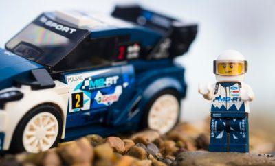 To M-Sport Ford Fiesta WRC, Παγκόσμιος Πρωταθλητής Ράλι, Φιγουράρει στην Αποκλειστική Συλλογή LEGO® Speed Champions • Η Ford, το LEGO® Group και οι ειδικοί της M-Sport λανσάρουν το νέο M-Sport Ford Fiesta WRC rally car kit στη συλλογή LEGO® Speed Champions, τιμώντας τα κατορθώματα του αυτοκινήτου στο 2017 WRC • Το νέο κιτ αποτελείται από 203 τουβλάκια και διαθέτει επιλογές από διαφορετικές ζάντες, δύο ανταλλακτικά καπό – εκ των οποίων το ένα με προβολείς για οδήγηση τη νύχτα – αγωνιστικά γραφικά και μινιατούρα του οδηγού • Η νέα συλλογή Speed Champions της LEGO® περιλαμβάνει τώρα και την Mustang Fastback του 1968. Τα δύο kit θα πωλούνται από την 1η Μαρτίου 2018 στην τιμή των 14,99 € Η Ford, το LEGO® Group και οι ειδικοί των ράλι της M-Sport παρουσίασαν ένα νέο μοντέλο της συλλογής LEGO® Speed Champions που ζωντανέψει τη συγκίνηση των αγώνων ράλι στα σπίτια των Ευρωπαίων οπαδών του – πρόκειται για το M-Sport Ford Fiesta WRC rally car που κατέκτησε το παγκόσμιο πρωτάθλημα Οι σχεδιαστές της LEGO® κατάφεραν να αναπαράγουν την εκπληκτική εμφάνιση του M-Sport Ford Fiesta WRC με τα φουσκωμένα φτερά και τις εντυπωσιακές εμπρός και πίσω αεροτομές. Το νέο kit car διαθέτει μία γκάμα από διαφορετικές ζάντες, δύο ανταλλακτικά καπό – το ένα μάλιστα με προβολείς για οδήγηση τη νύχτα – τα αυτοκόλλητα γραφικά του αυθεντικού και μινιατούρα του οδηγού με κράνος και αγωνιστική φόρμα που μπαίνει μέσα στο αυτοκίνητο μέσα από το αφαιρούμενο παρμπρίζ. Το μοντέλο Ford Fiesta M-Sport WRC της συλλογής LEGO® Speed Champions αποτελείται από 203 τουβλάκια, συναρμολογημένο δε έχει μήκος 13 εκατοστών και πλάτος / ύψος 6 εκατοστών. «Μετά από δύο τίτλους στο Παγκόσμιο Πρωτάθλημα Ράλι και πέντε νίκες το 2017, δεν θα μπορούσαμε να σκεφτούμε κάτι καλύτερο από το M-Sport Ford Fiesta WRC για τη συλλογή LEGO® Speed Champions», δήλωσε ο Mark Rushbrook, Γενικός Διευθυντής Αγωνιστικού Τμήματος της Ford. «Η σειρά LEGO Speed Champions είναι ένας διασκεδαστικός τρόπος να γιορτάσουμε την επιτυχία των αυτοκινήτων