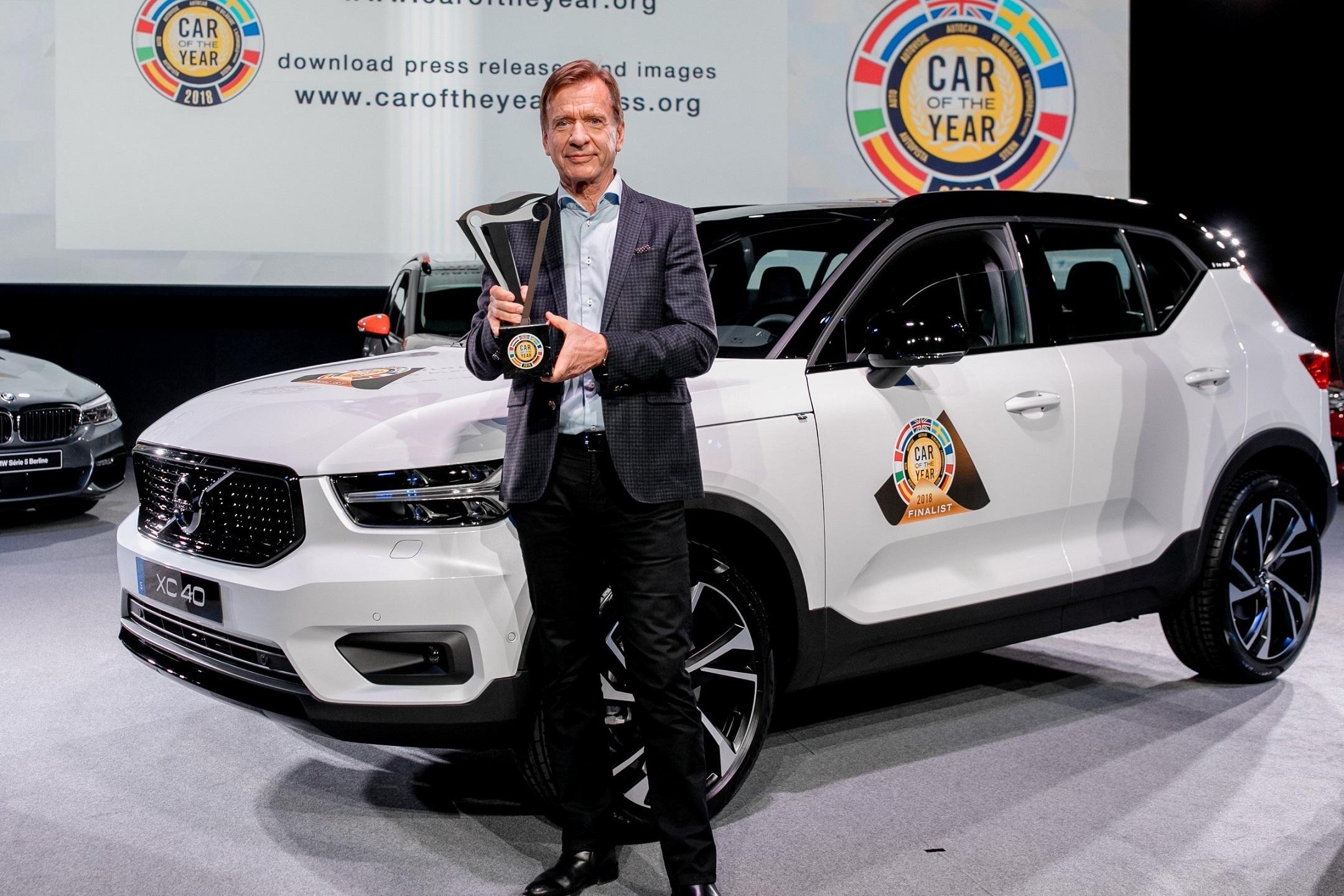 """""""H κατάκτηση του βραβείου από το νέο μας XC40 συμπίπτει με μια τέλεια χρονική συγκυρία"""", δήλωσε ο Χόκαν Σάμιουελσον (Håkan Samuelsson), Πρόεδρος και CEO της Volvo Cars. """"Σήμερα, για πρώτη φορά η Volvo διαθέτει τρία παγκόσμια SUV στην γκάμα της. Το XC40 θα δώσει ισχυρή επιπλέον ώθηση στην ανάπτυξή μας, βάζοντάς μας σε μία νέα, ταχύτατα αναπτυσσόμενη κατηγορία, αυτή των compact SUV"""".     Με την πρωτιά του XC40, ολόκληρη η γκάμα των παγκόσμιων SUV της Volvo έχει πλέον κερδίσει βραβείο Αυτοκινήτου της Χρονιάς είτε στην Ευρώπη είτε στη Βόρειο Αμερική. Υπενθυμίζουμε ότι το XC90 και το XC60 κέρδισαν τον τίτλο του North American Truck/Utility of the Year τα προηγούμενα δύο χρόνια.     Το XC40 θέτει νέα πρότυπα στην κατηγορία του από πλευράς σχεδιασμού, συνδεσιμότητας και τεχνολογιών ασφάλειας. Οι πρώτες παραγγελίες, που υπερβαίνουν τις 20.000 μονάδες στην Ευρώπη και την Αμερική, καταδεικνύουν ότι πρόκειται για ένα ιδιαίτερα ελκυστικό «πακέτο» για τους πελάτες.     Το XC40 είναι το πρώτο μοντέλο της Volvo που βασίζεται στη νέα πλατφόρμα CMA (Compact Modular Architecture), στην οποία θα βασιστούν και όλες οι επερχόμενες εκδόσεις της σειράς 40, συμπεριλαμβανομένων των πλήρως ηλεκτροκίνητων οχημάτων.  Το XC40 είναι επίσης το πρώτο Volvo που προσφέρει τη δυνατότητα car-sharing, μέσω της τεχνολογίας ψηφιακού κλειδιού της Volvo και της πλατφόρμας της για υπηρεσίες διασύνδεσης Volvo On Call. Οι ιδιοκτήτες του XC40 μπορούν να μοιραστούν το αυτοκίνητό τους με την οικογένεια και τους φίλους τους χωρίς να χρειάζεται να τους αφήσουν ένα φυσικό κλειδί.     Τα χαρακτηριστικά ασφαλείας και υποστήριξης οδηγού στο XC40 συμπεριλαμβάνουν το σύστημα ημι-αυτόνομης οδήγησης Pilot Assist, το σύστημα αποφυγής συγκρούσεων City Safety, το σύστημα αποφυγής εκτροπής από το δρόμο Run-Off Road Mitigation, το Cross Traffic Alert με αυτόματο φρενάρισμα και την κάμερα 360° που βοηθά τους οδηγούς να ελιχθούν σε μικρούς χώρους στάθμευσης.     Το XC40 προσφέρει επίσης ευφυείς λύσεις στην εσωτερική σχεδίαση και"""